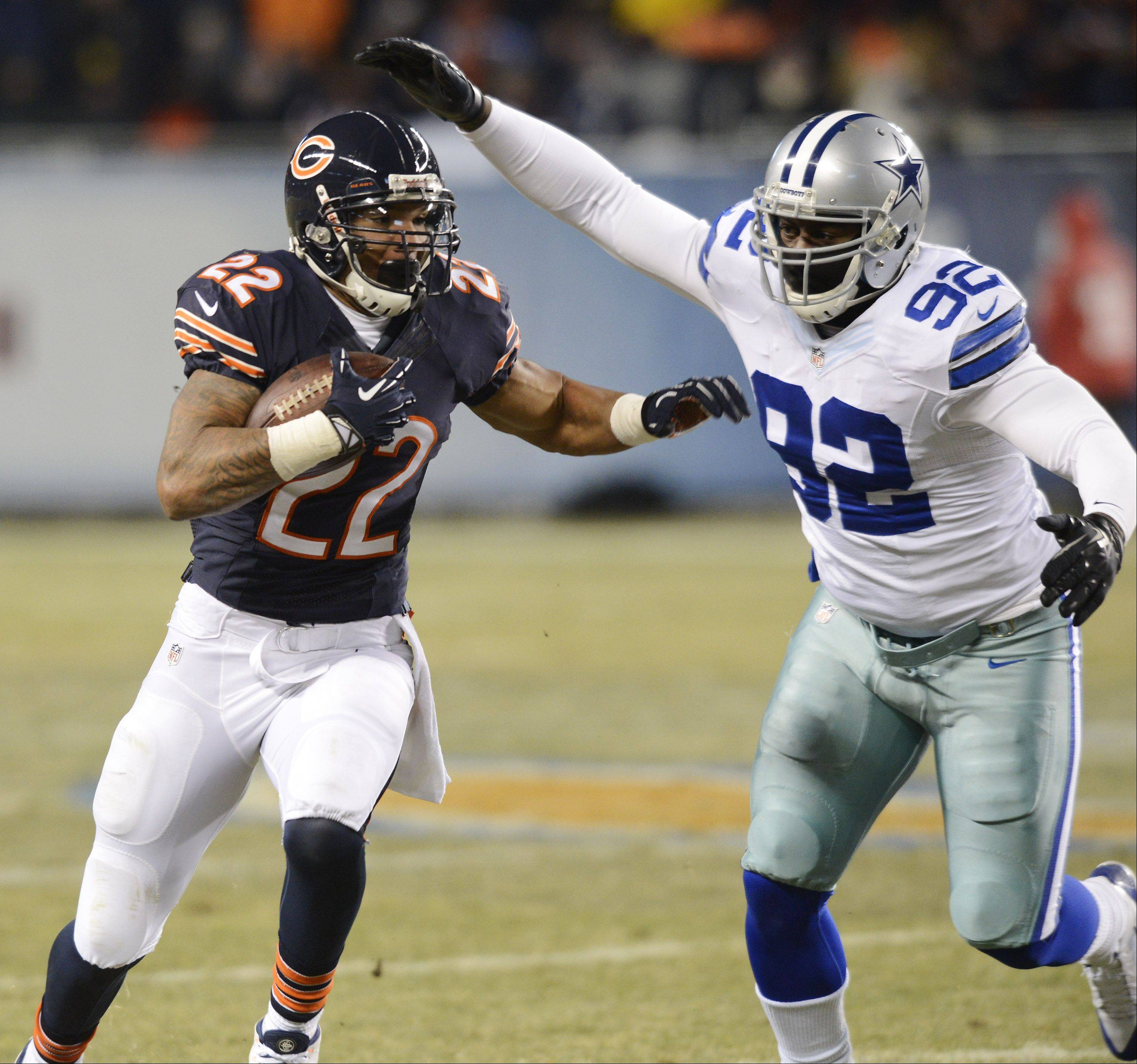 Chicago Bears running back Matt Forte runs past Dallas Cowboys defensive end Jarius Wynn.