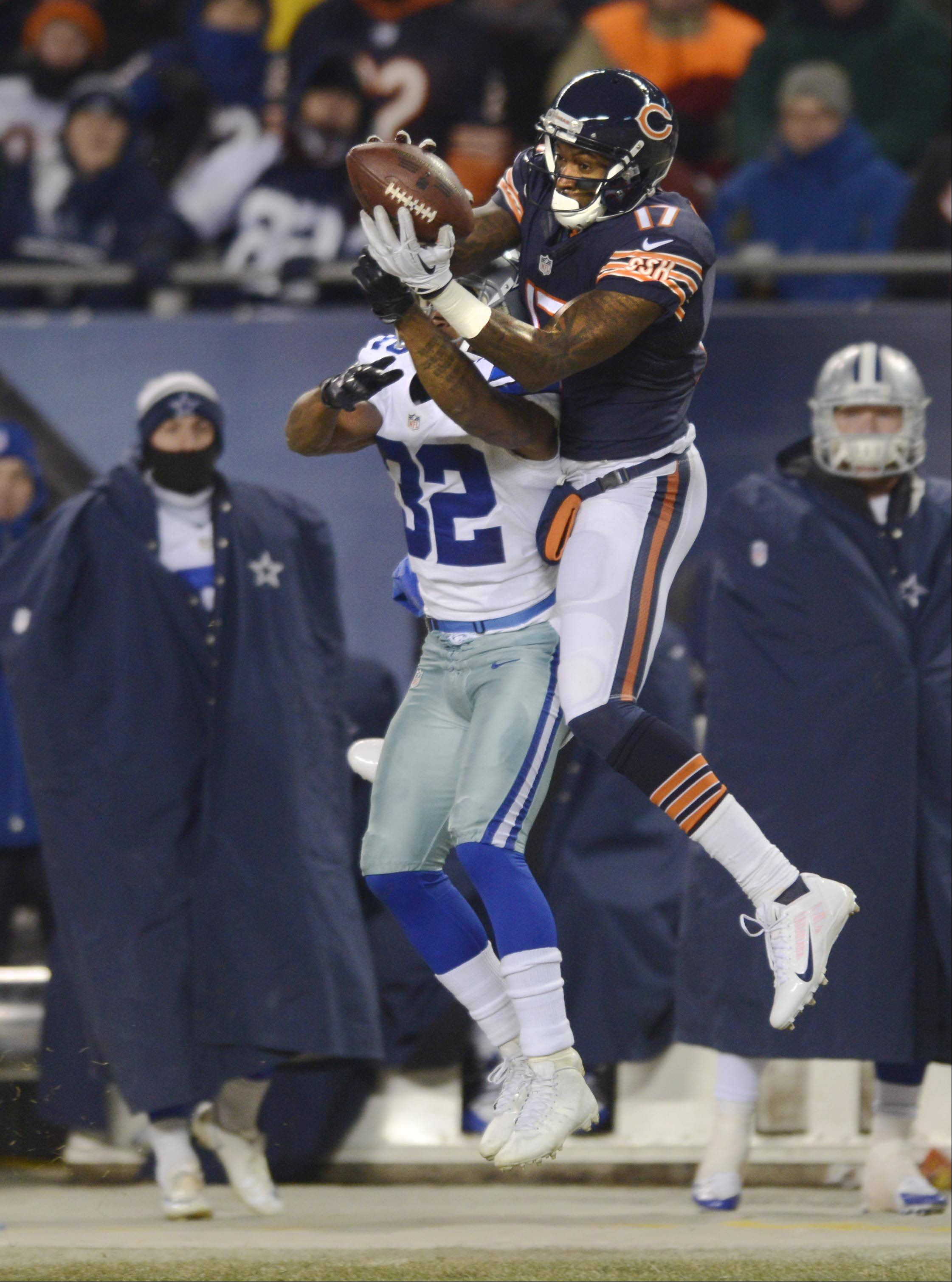 Chicago Bears wide receiver Alshon Jeffery makes a first-down catch against Dallas Cowboys cornerback Orlando Scandrick in the second quarter.