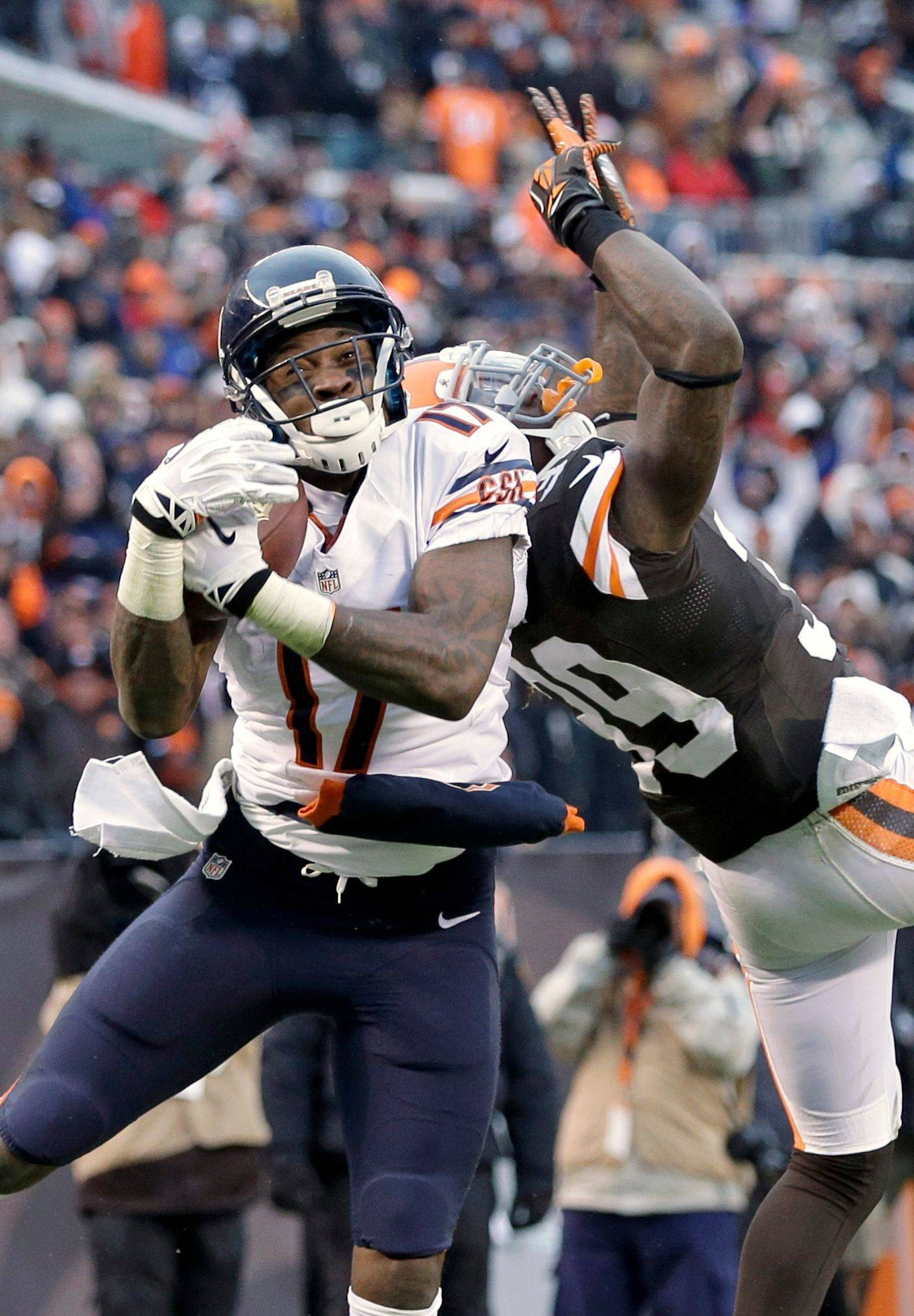 Bears wide receiver Alshon Jeffery catches a 45-yard touchdown pass at the goal line against Browns safety Tashaun Gipson in the fourth quarter Sunday.