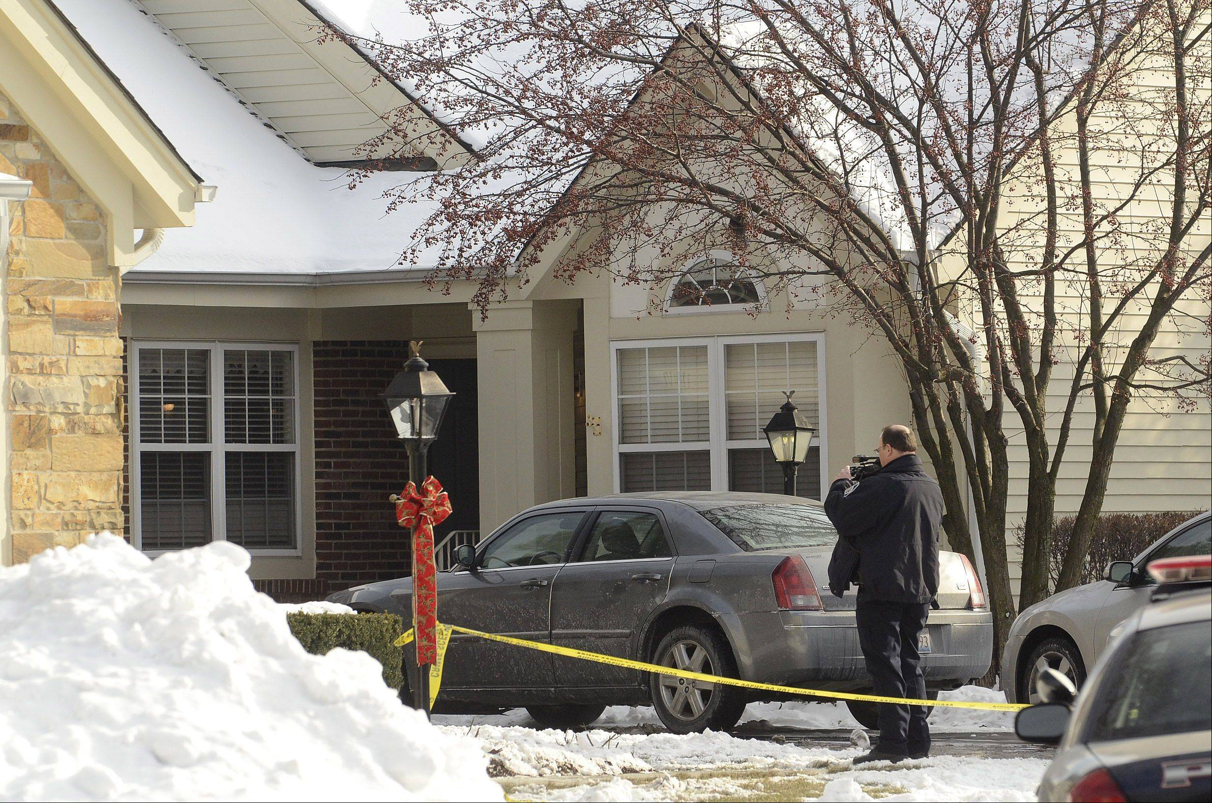 Bob Chwedyk/bchwedyk@dailyherald.com Police the investigate the shooting scene in Arlington Heights.