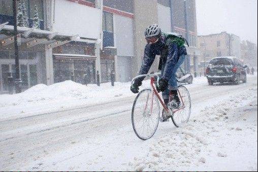 Early blasts of snow, ice and below-zero temperatures haven�t stopped a surprising number of Chicago cyclists from spinning through the slush this winter, thanks in part to a city so serious about accommodating them that it deploys mini-snow plows to clear bike lanes.