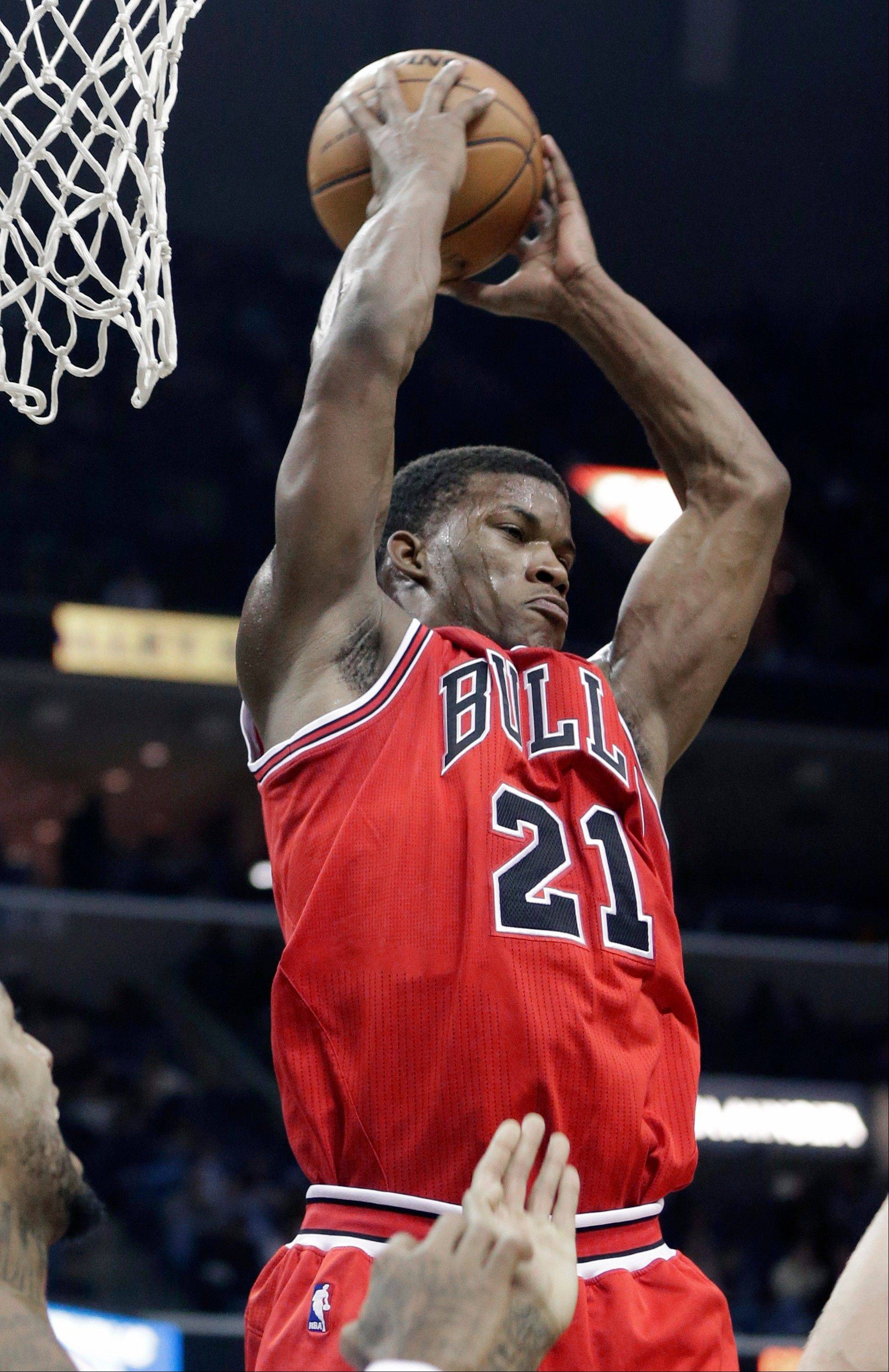 The Bulls' Jimmy Butler, who aggravated a toe injury two nights earlier, scored a season-high 26 points in Monday's victory over the Grizzlies.