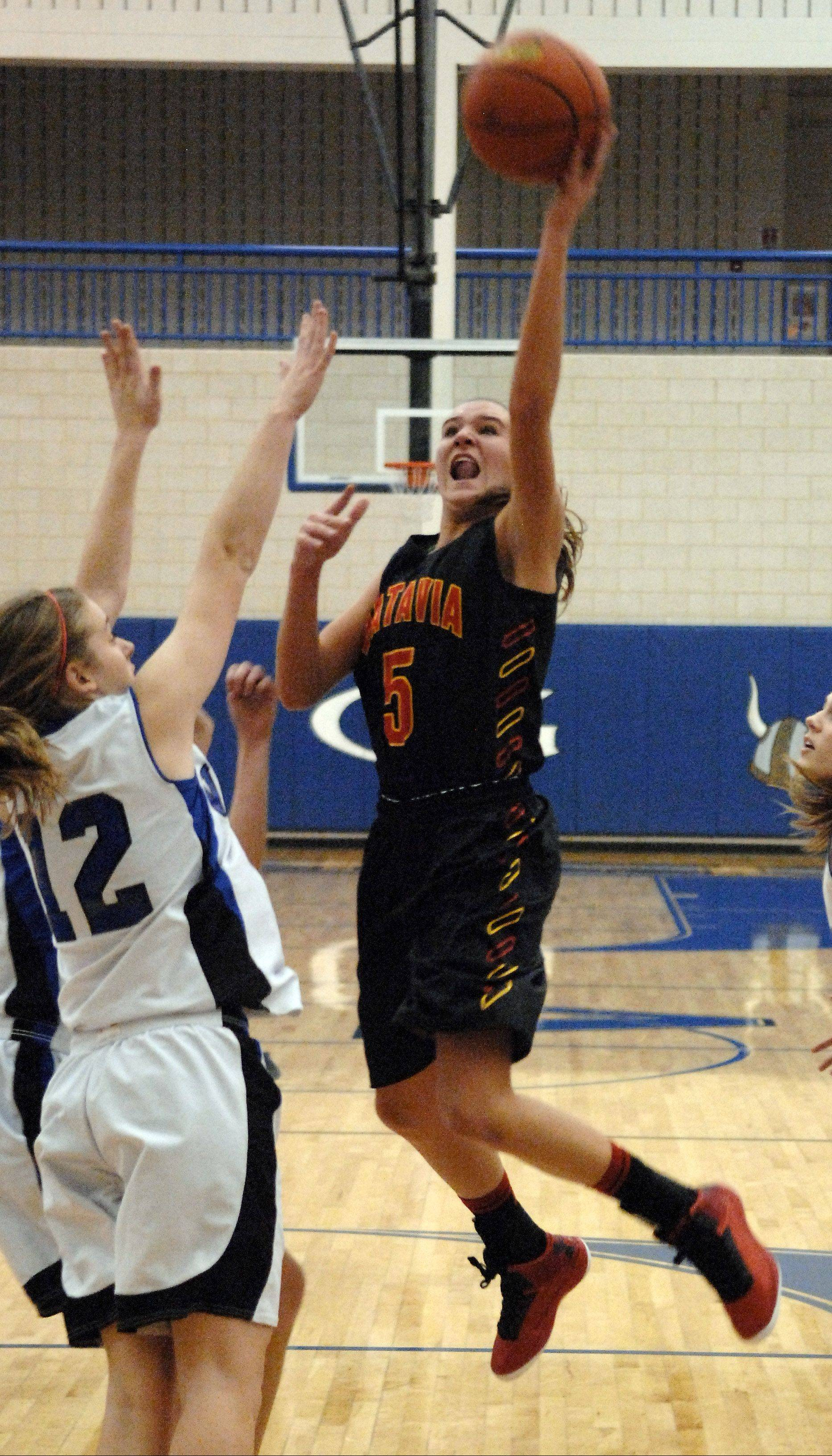 Batavia�s Liza Fruendt drives to the basket against Geneva during Friday�s game at Geneva.
