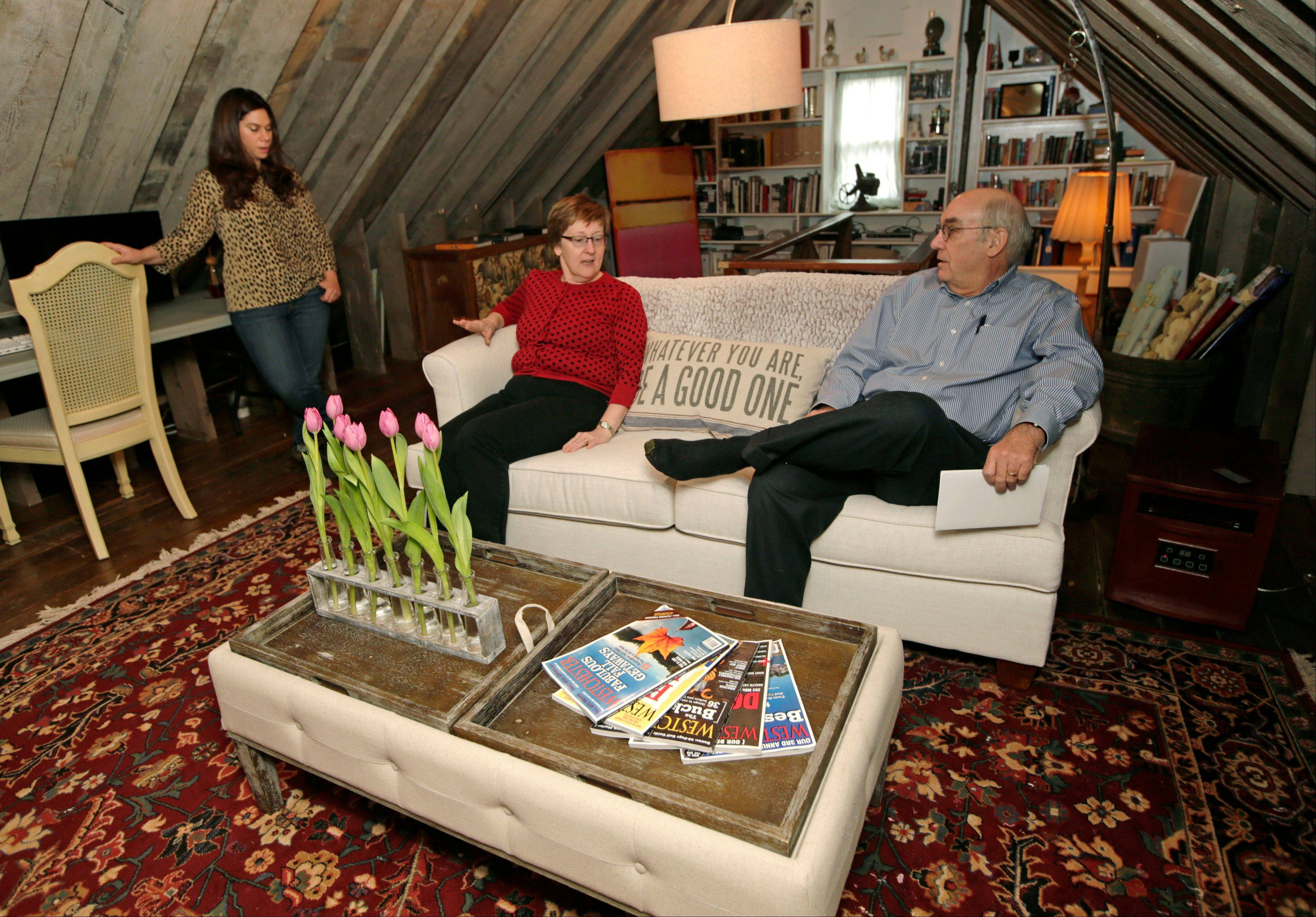 Rebecca Gwynne, left, of Tuckahoe, N.Y., answers a question as Marijane Hamren inspects Gwynne�s Simplicity Sofa with her husband, Jim Hamren, in Tuckahoe, N.Y. While Simplicity�s furniture is sold only over the Internet, some customers want to see and try out the sofas and chairs. Owner Jeff Frank contacts people who have already bought his furniture, and asks them if they�ll let a prospective customer stop by to take a look.