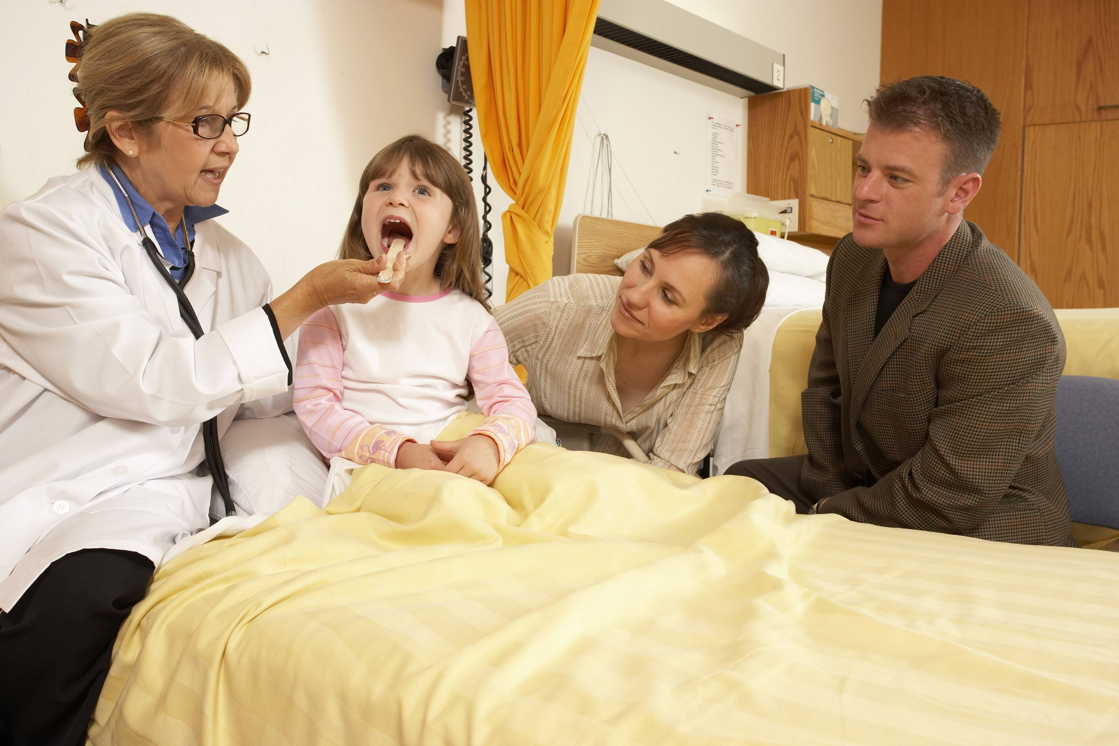 After a tonsillectomy, parents should be on the lookout for some common post-operative effects, such as fever, pain, bad breath and a stiff neck.
