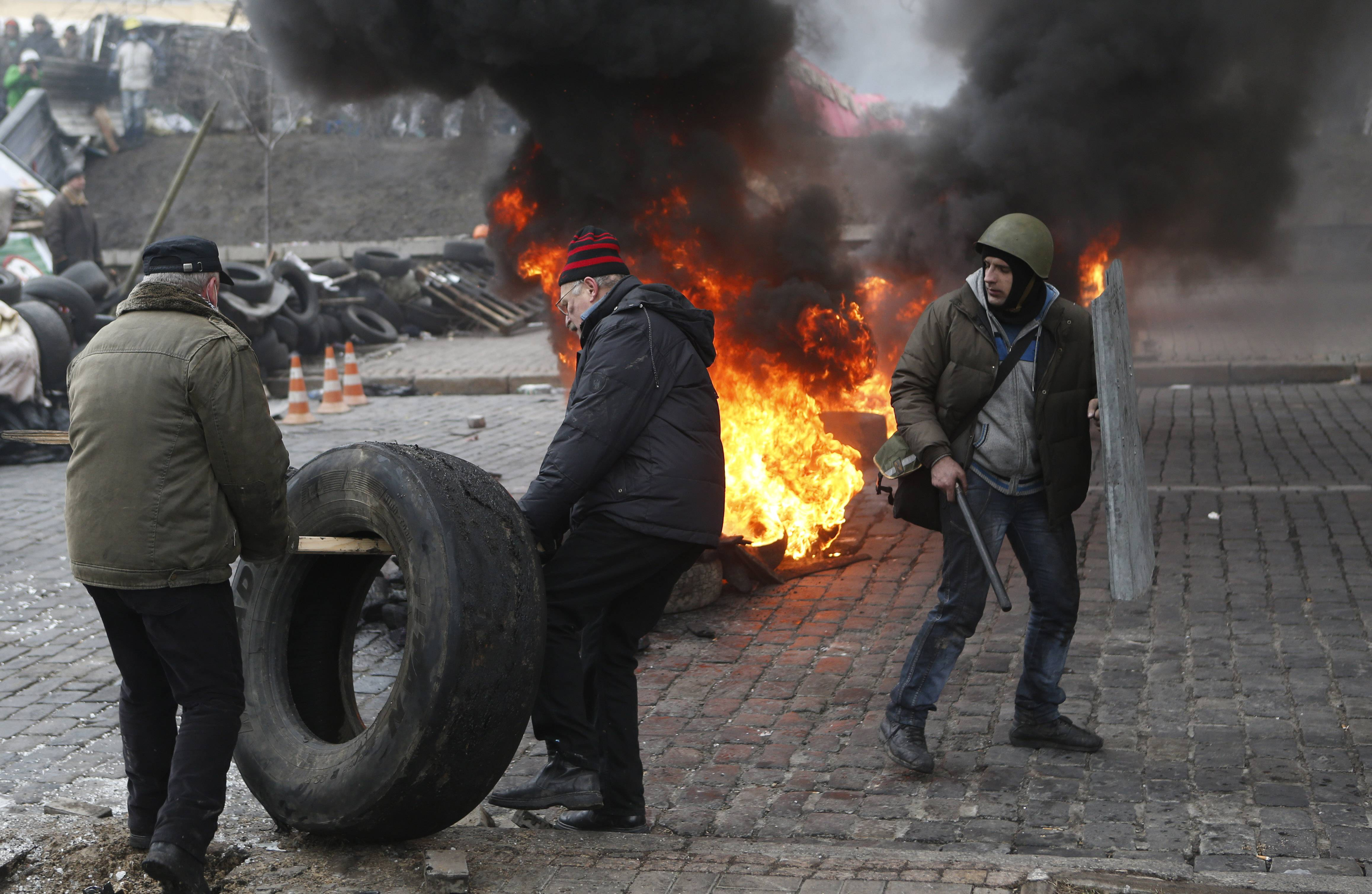 Anti-government protesters reinforce a barricade in central Kiev, Ukraine, Thursday. A brief truce in Ukraine's embattled capital failed Thursday, spiraling into fierce clashes between police and anti-government protesters.