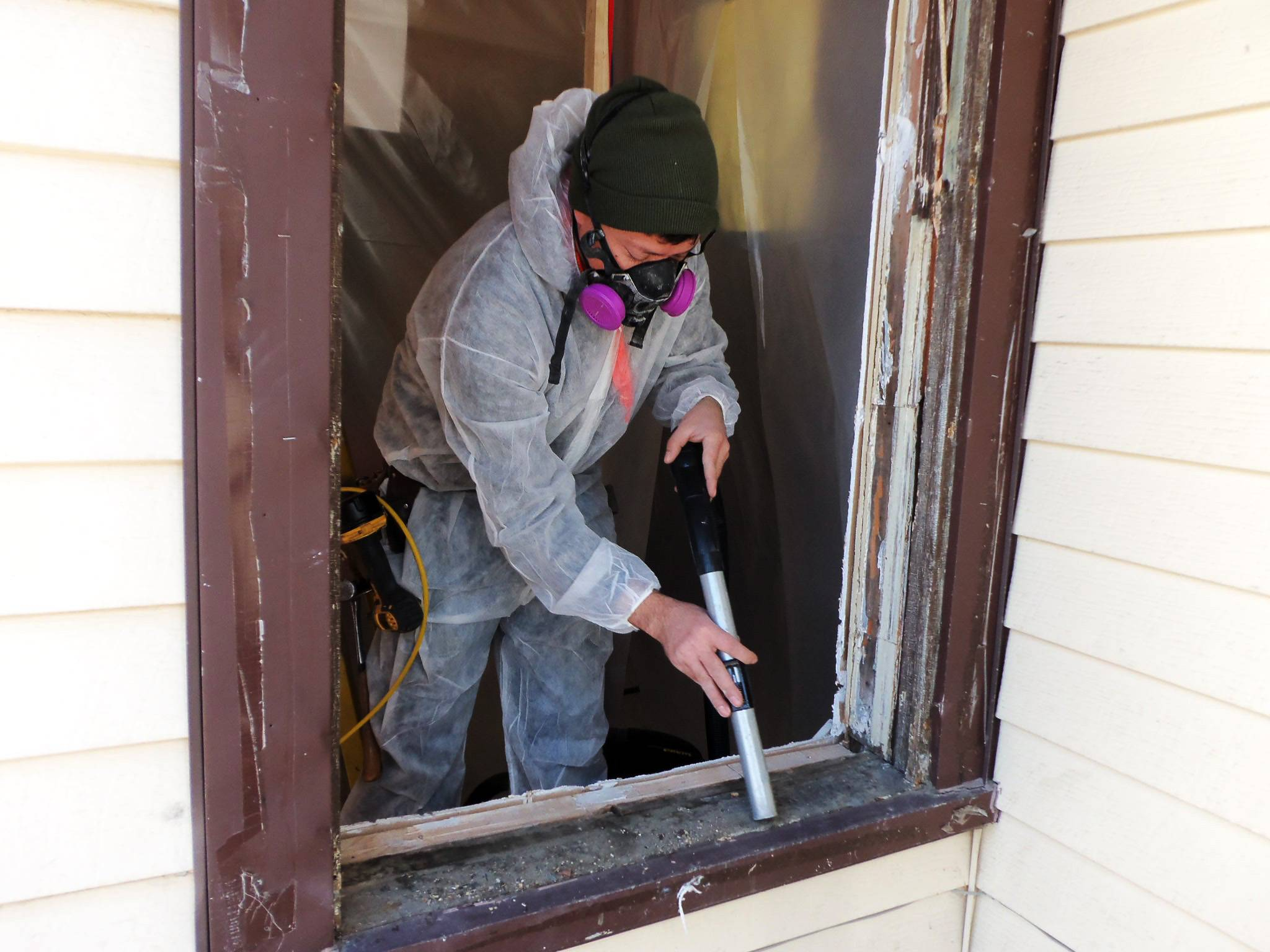 Lead can have long-lasting health effects when it is inhaled or ingested in large quantities. Removing the toxin from homes requires respirators, protective clothing and numerous safety precautions to ensure no ill effects occur for removers.