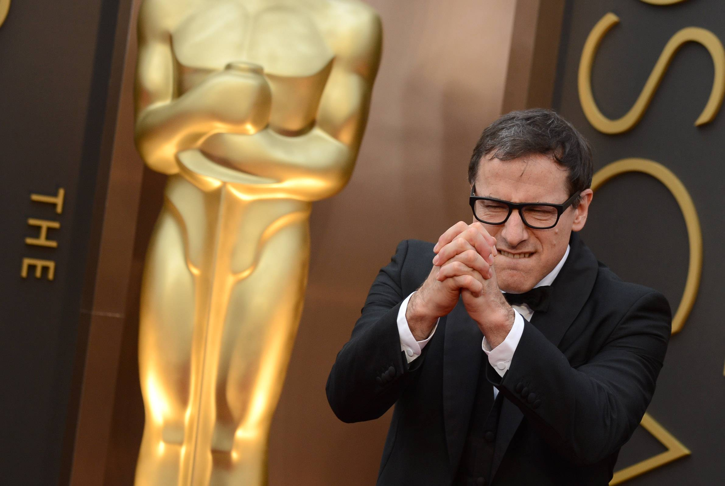 """American Hustle"" director David O. Russell keeps it interesting for the photographers along the press line Sunday at the Oscars."