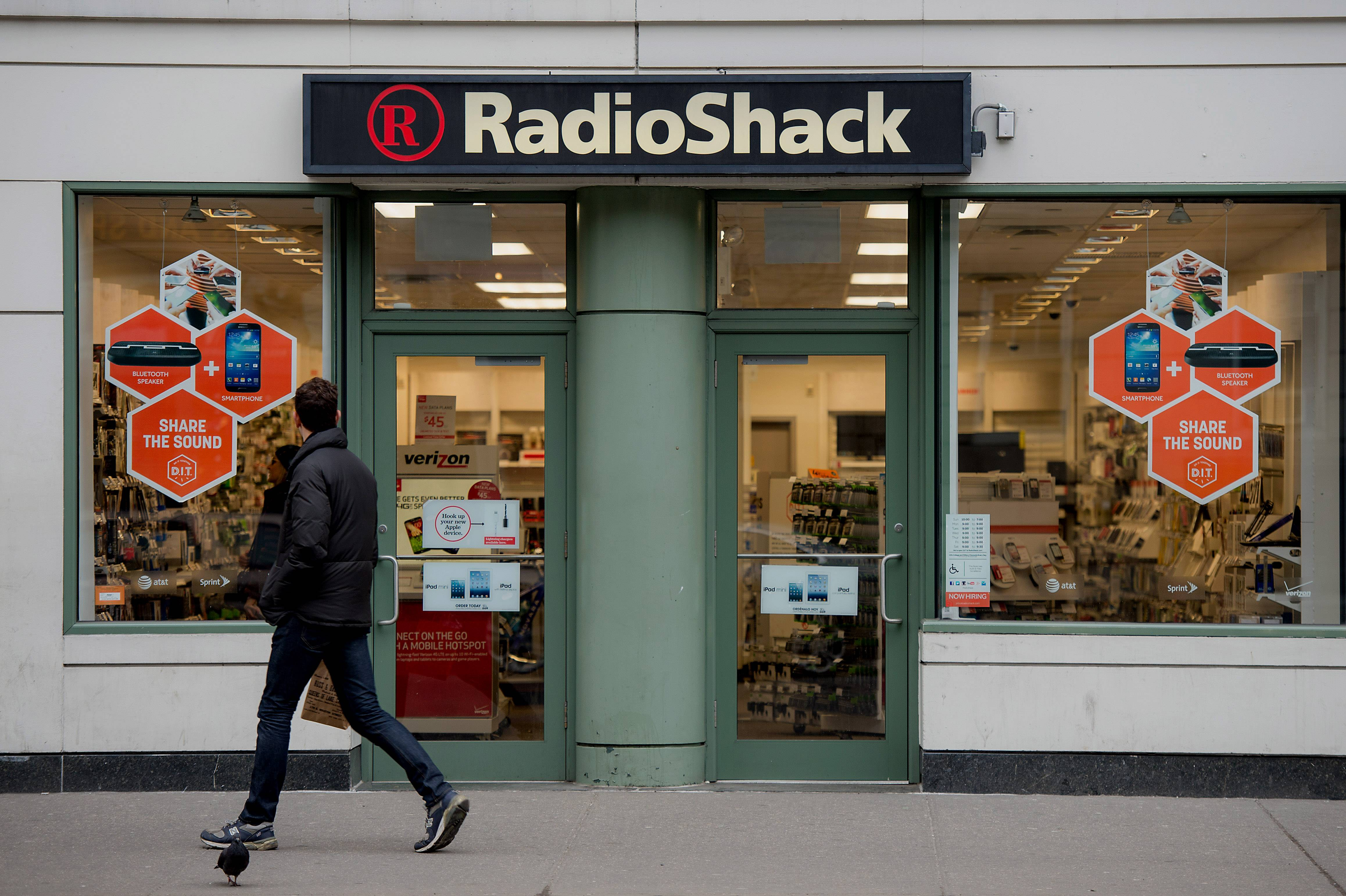 RadioShack plans to close up to 1,100 of its underperforming stores in the U.S. and reported a wider loss for its fourth quarter as traffic slowed during the critical holiday season.