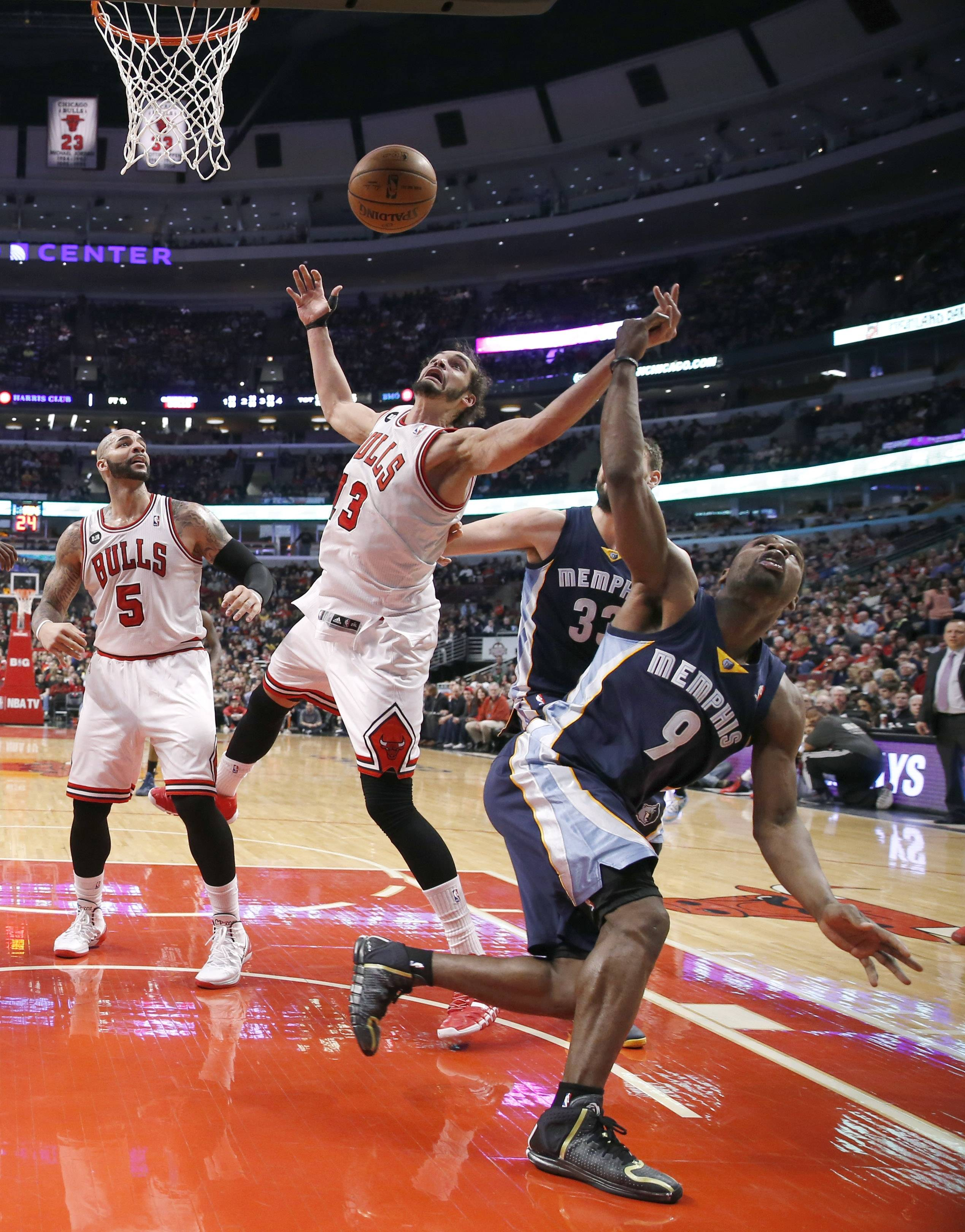 The Bulls' Joakim Noah battles the Grizzlies' Tony Allen for a rebound Friday at the United Center.