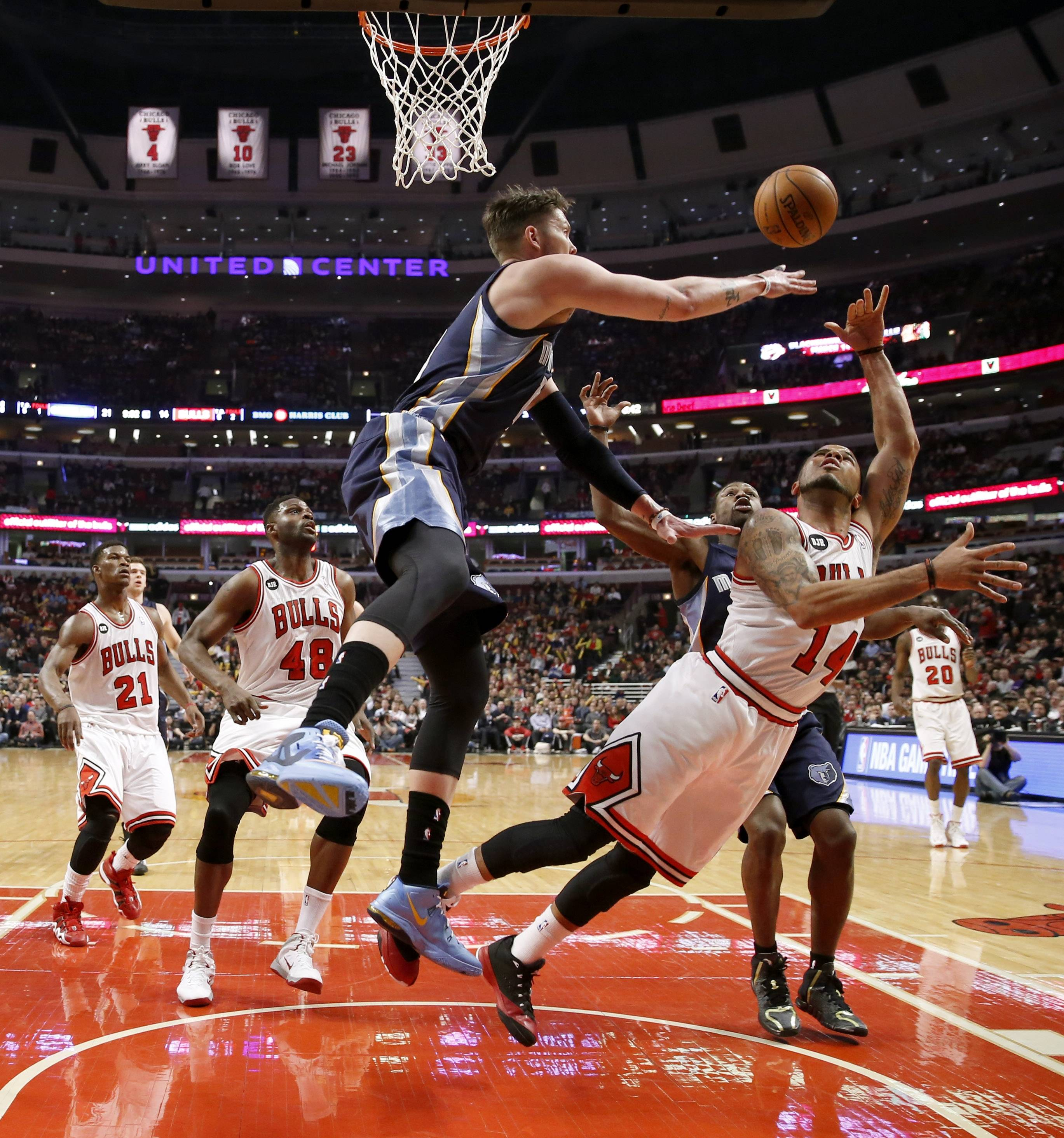 The Grizzlies' Mike Miller, front left, blocks the shot of Bulls guard D.J. Augustin as Jimmy Butler and Nazr Mohammed watch Friday at the United Center.