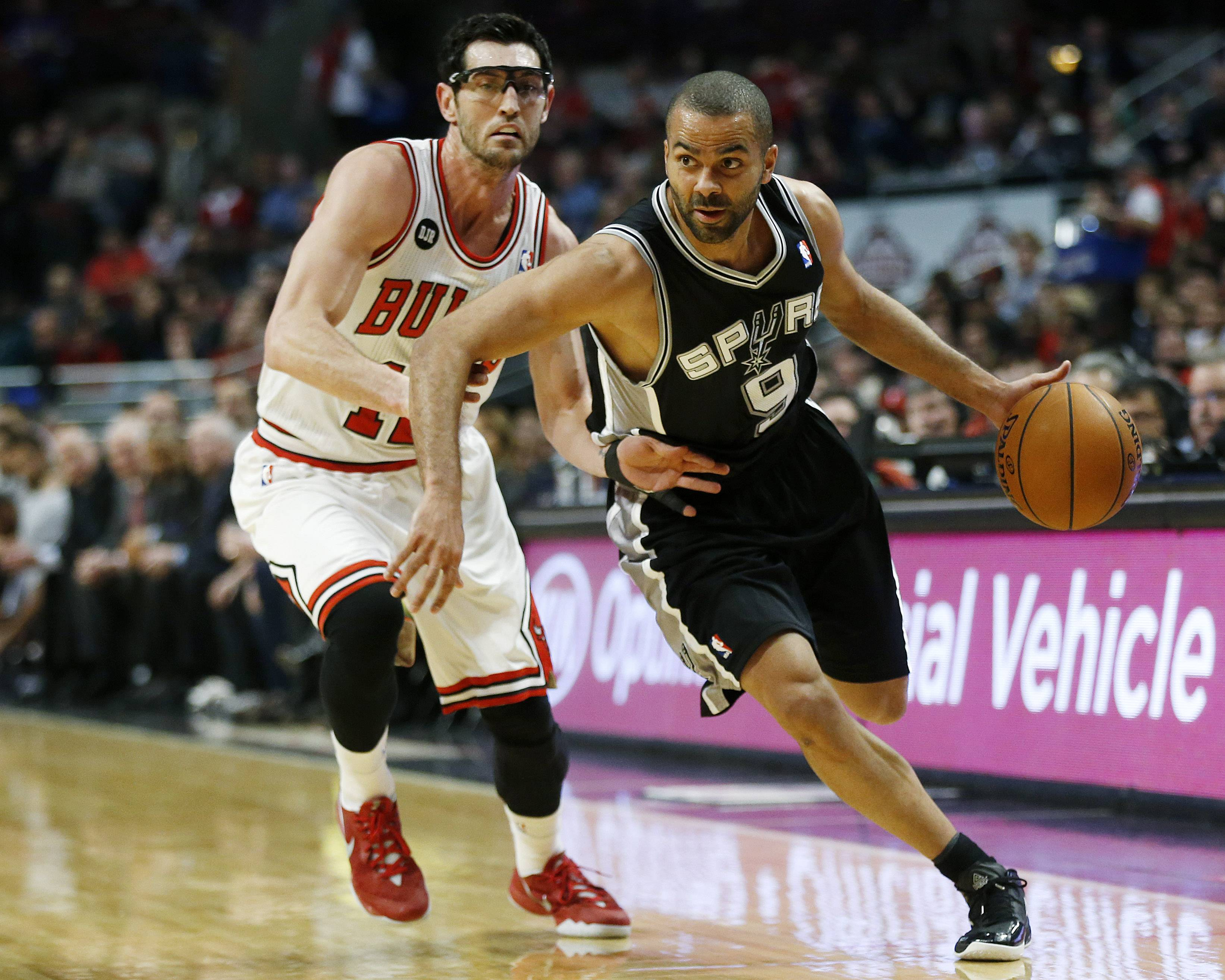 Spurs guard Tony Parker dribbles past the Bulls' Kirk Hinrich during the first half Tuesday night at the United Center. San Antonio led 38-14 after one quarter.