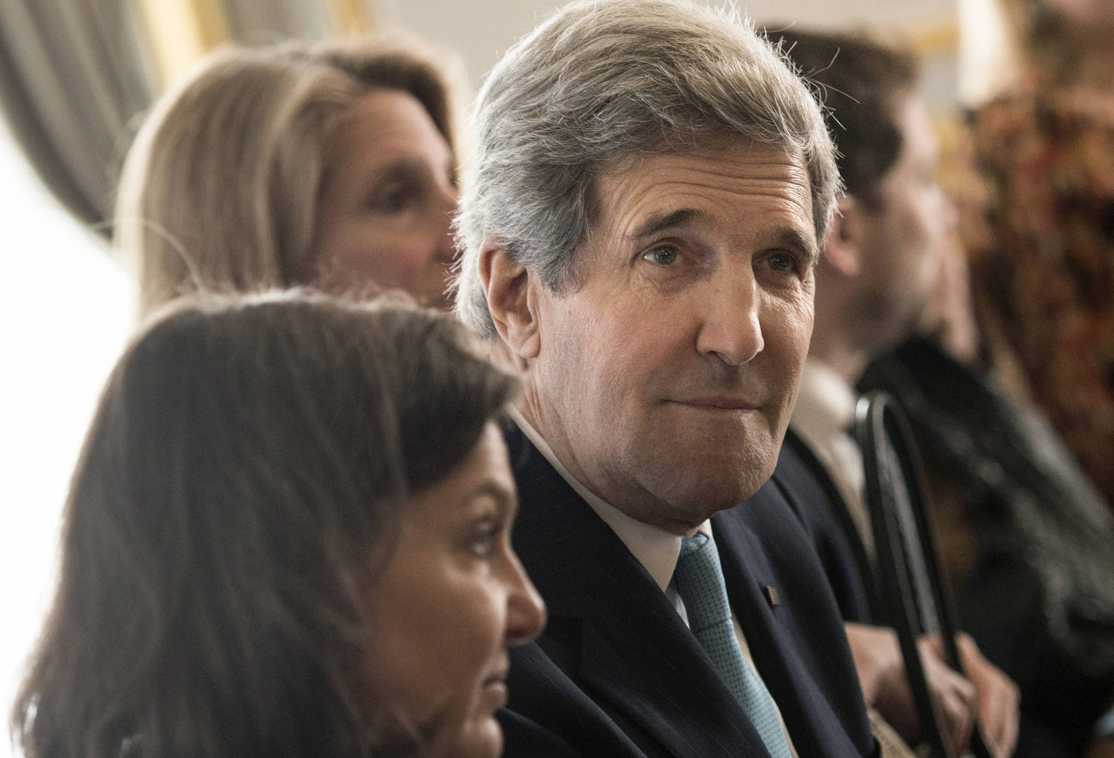 U.S. Secretary of State John Kerry flew to London on Friday to meet with Russian Foreign Minister Sergey Lavrov in a last-minute bid to stave off a new chapter in the East-West crisis over Ukraine.