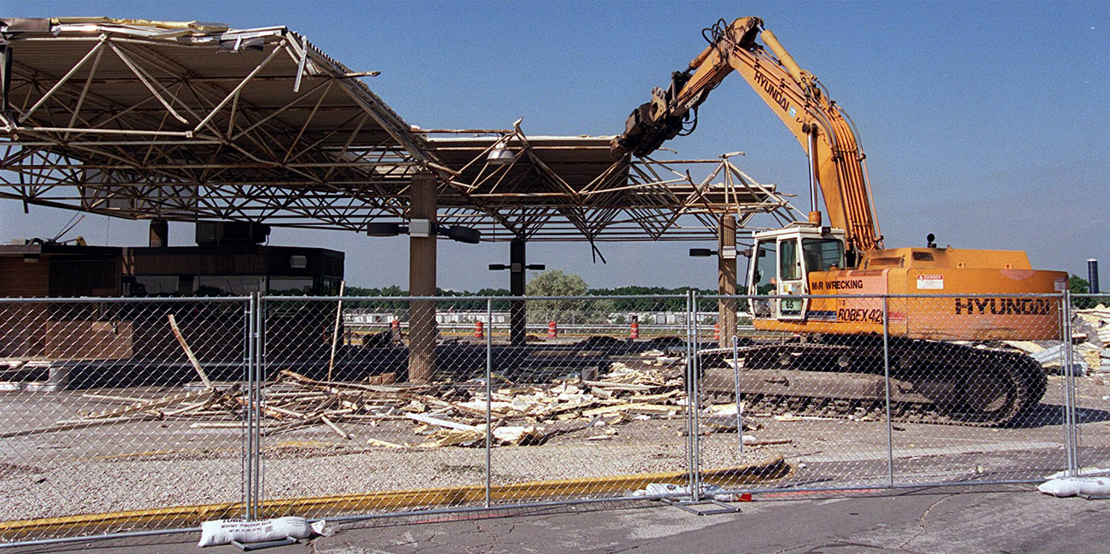 Gas station at eastward Des Plaines Oasis in demolished.