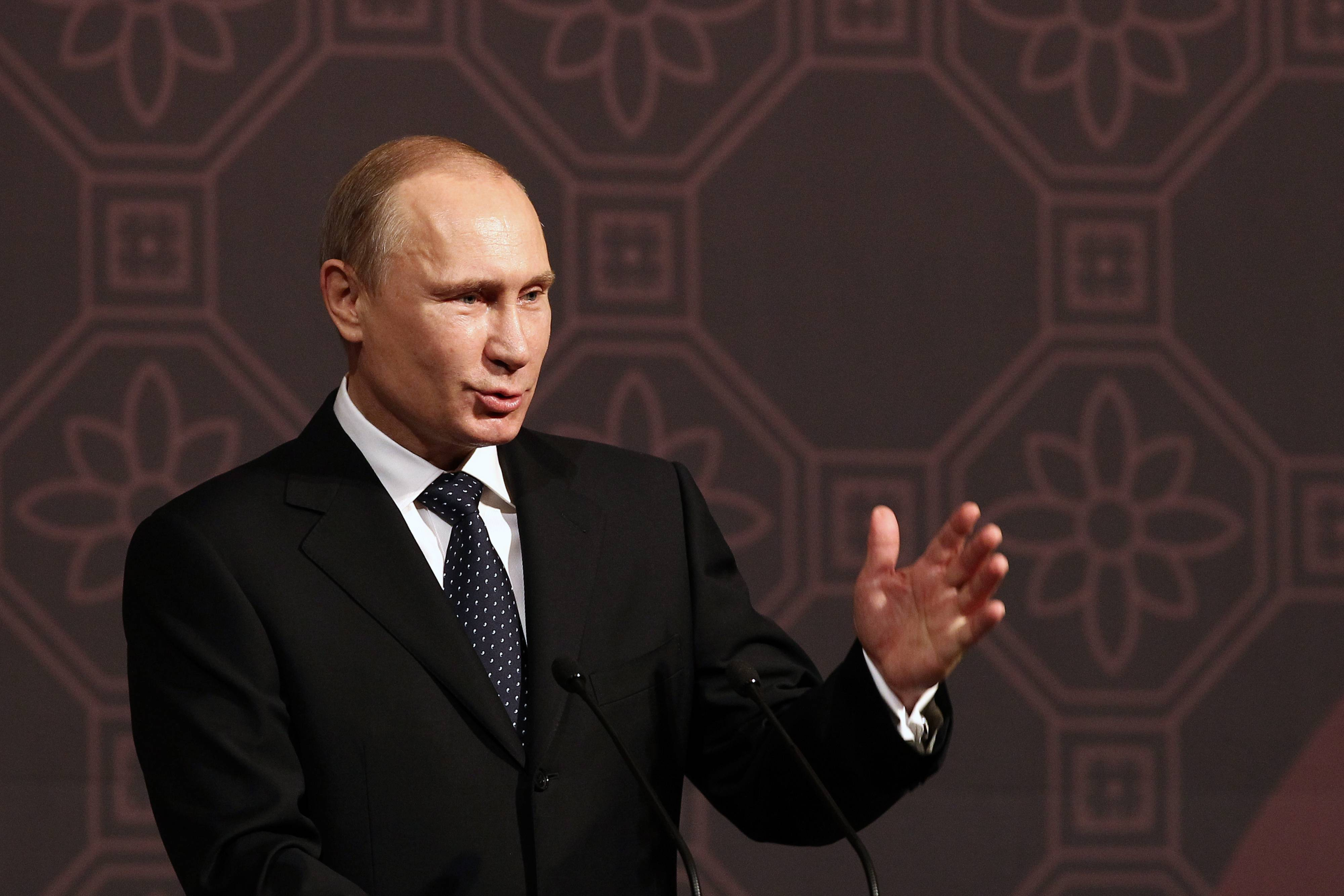 Russian President Vladimir Putin has called on billionaires to pay taxes at home amid fears that a new wave of western sanctions against the country over the annexation of Crimea may hit businessmen.