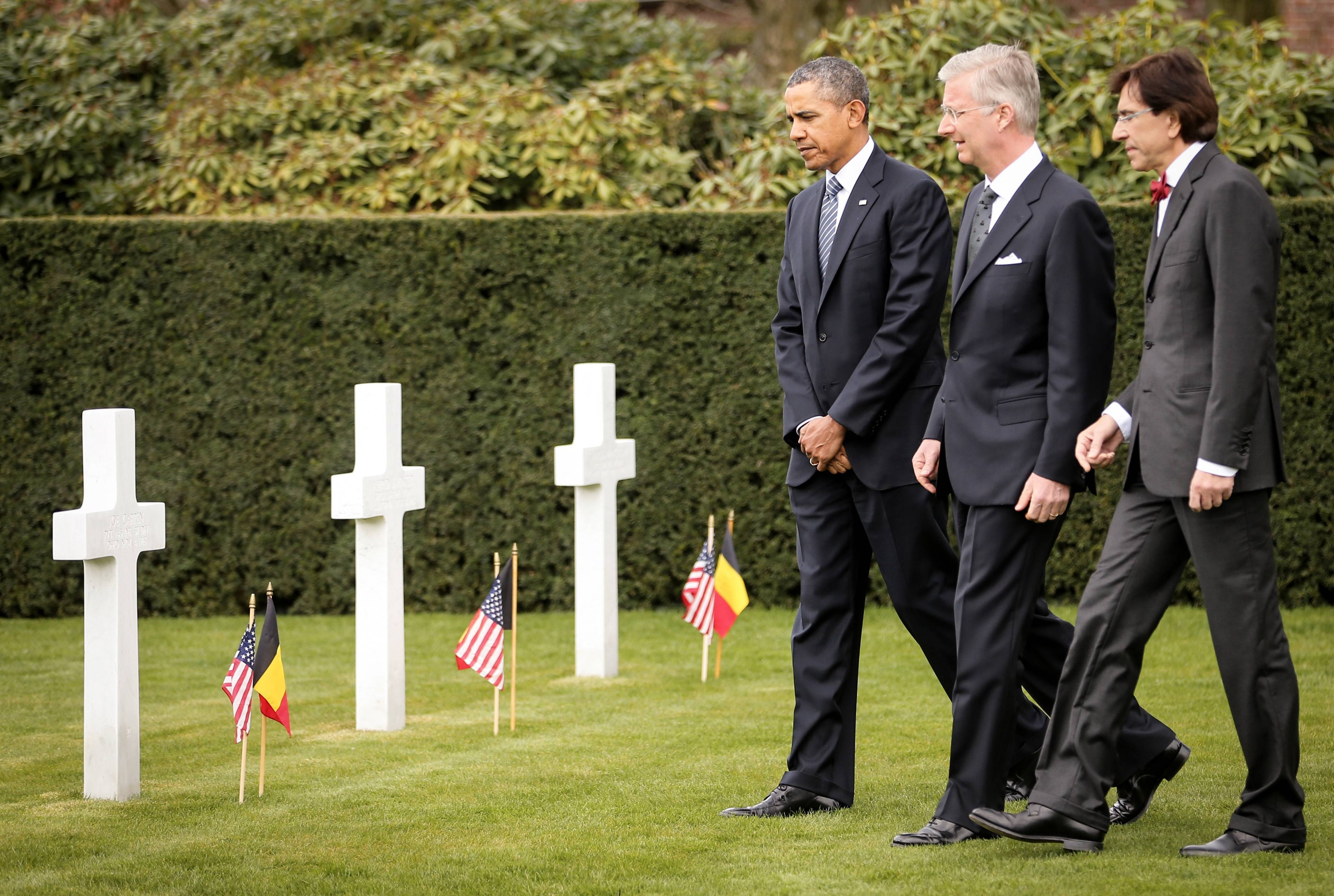 President Barack Obama walks among gravestones of World War I soldiers at the World War I Flanders Field American Cemetery in Waregem, Belgium. The cemetery contains the remains of 368 U.S. WWI military and support personnel. Of those remains, 21 are unknown and could not be identified.