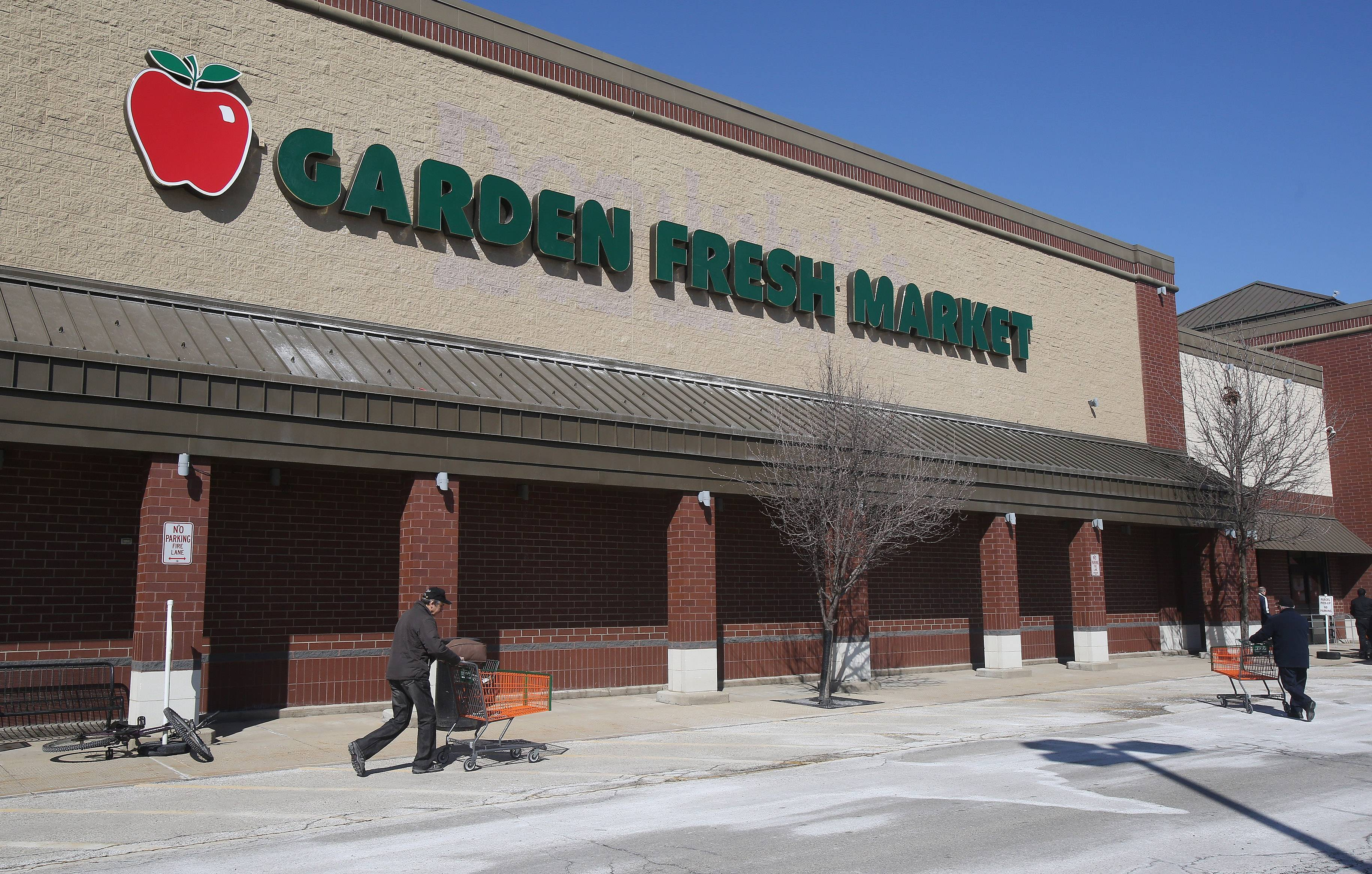 Garden Fresh grocery store in Buffalo Grove held its grand opening Wednesday -- the first independent grocer opening in a former Dominick's site.