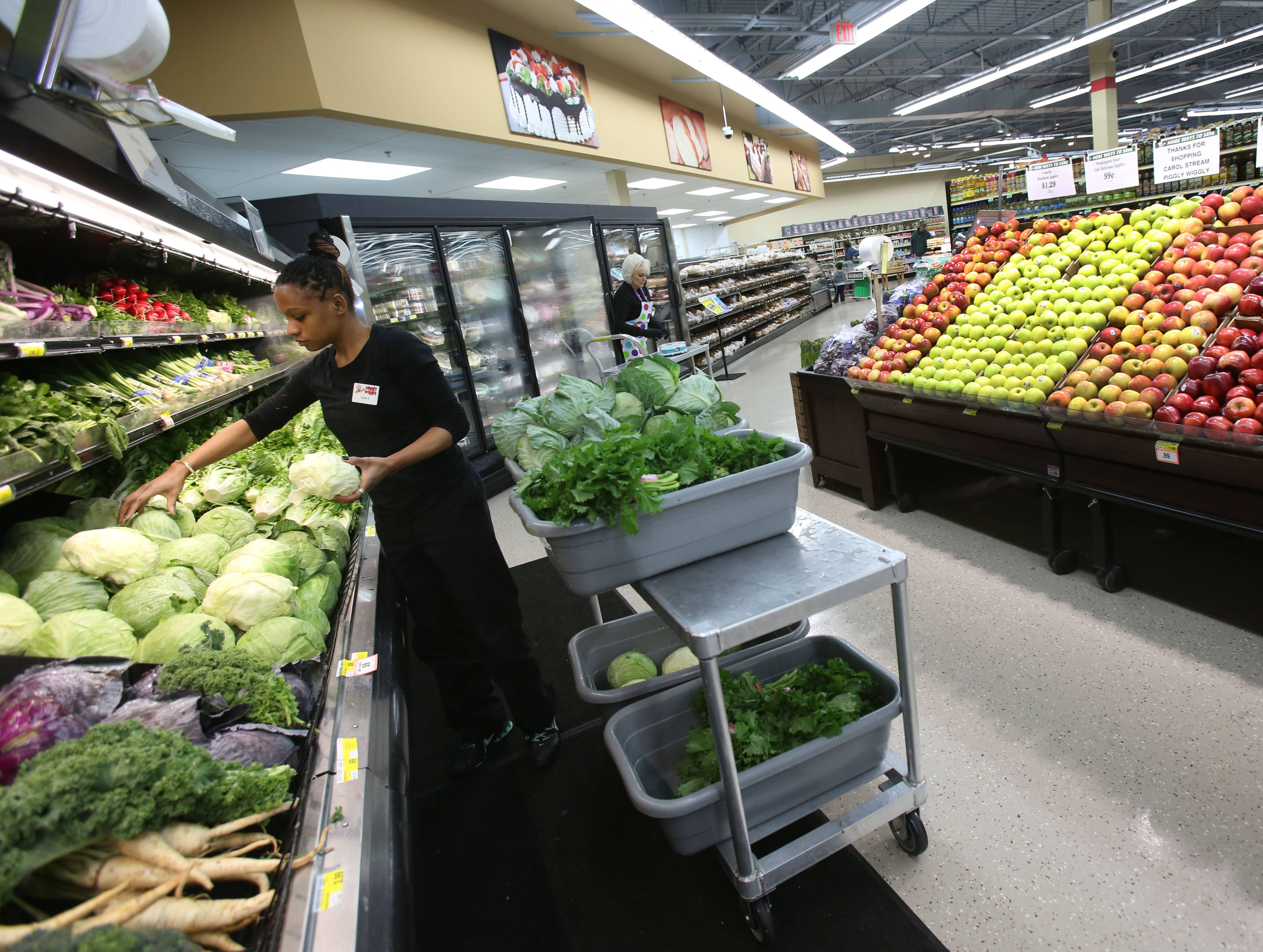Demi Scott works in the produce department at the new Piggly Wiggly grocery store in Carol Stream.