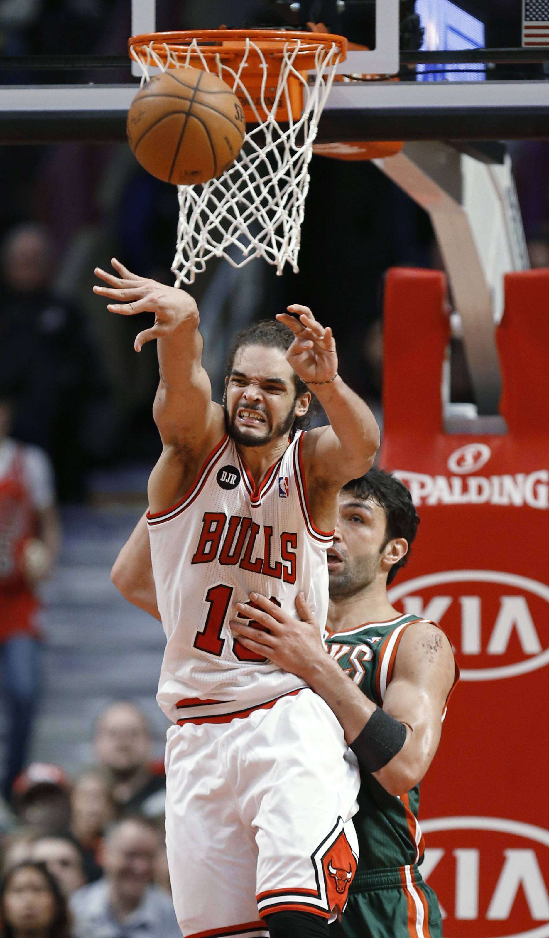 The Bulls' Joakim Noah fires an outlet pass under pressure from Zaza Pachulia of the Bucks on Friday night at the United Center.