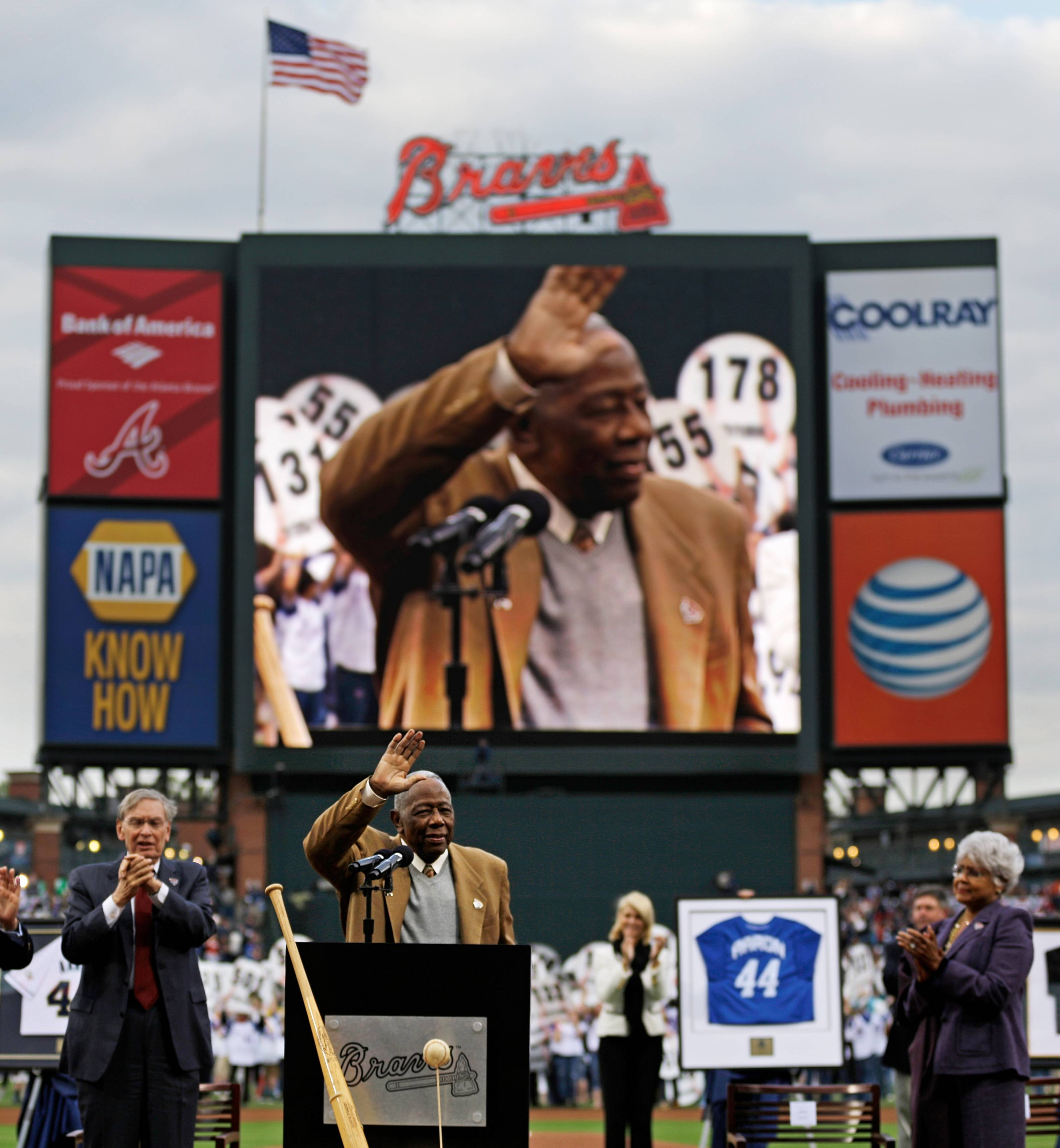 Hank Aaron waves to the crowd during a ceremony celebrating the 40th anniversary of his 715th home run before the start of Tuesday's game between the Atlanta Braves and the New York Mets in Atlanta.