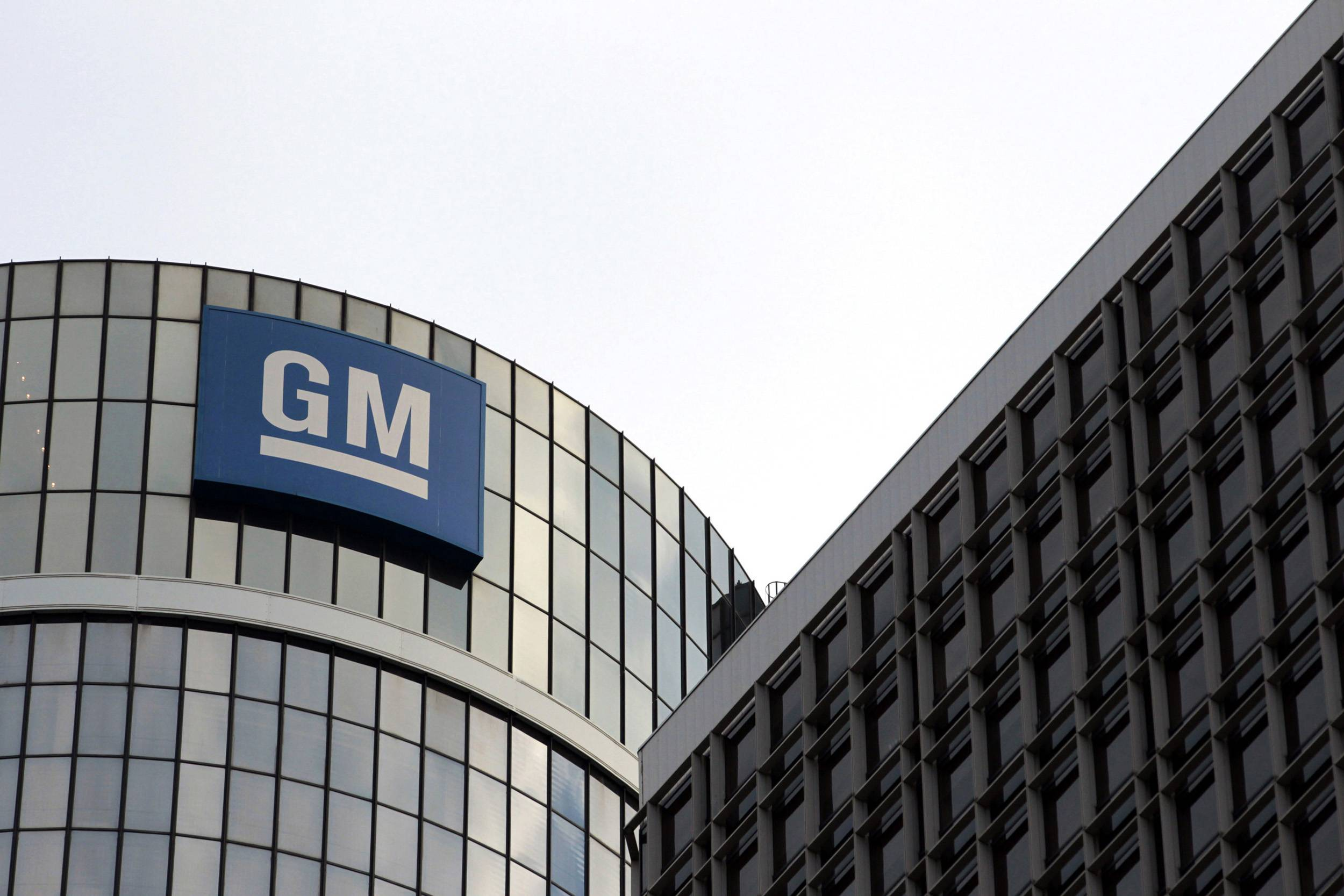 DETROIT — General Motors is replacing the executives in charge of communications and human resources as it struggles with a string of embarrassing recalls that have led to congressional hearings and federal investigations. Communications chief Selim Bingol and human resources head Melissa Howell are leaving the company to pursue other interests, the company said Monday in a statement.