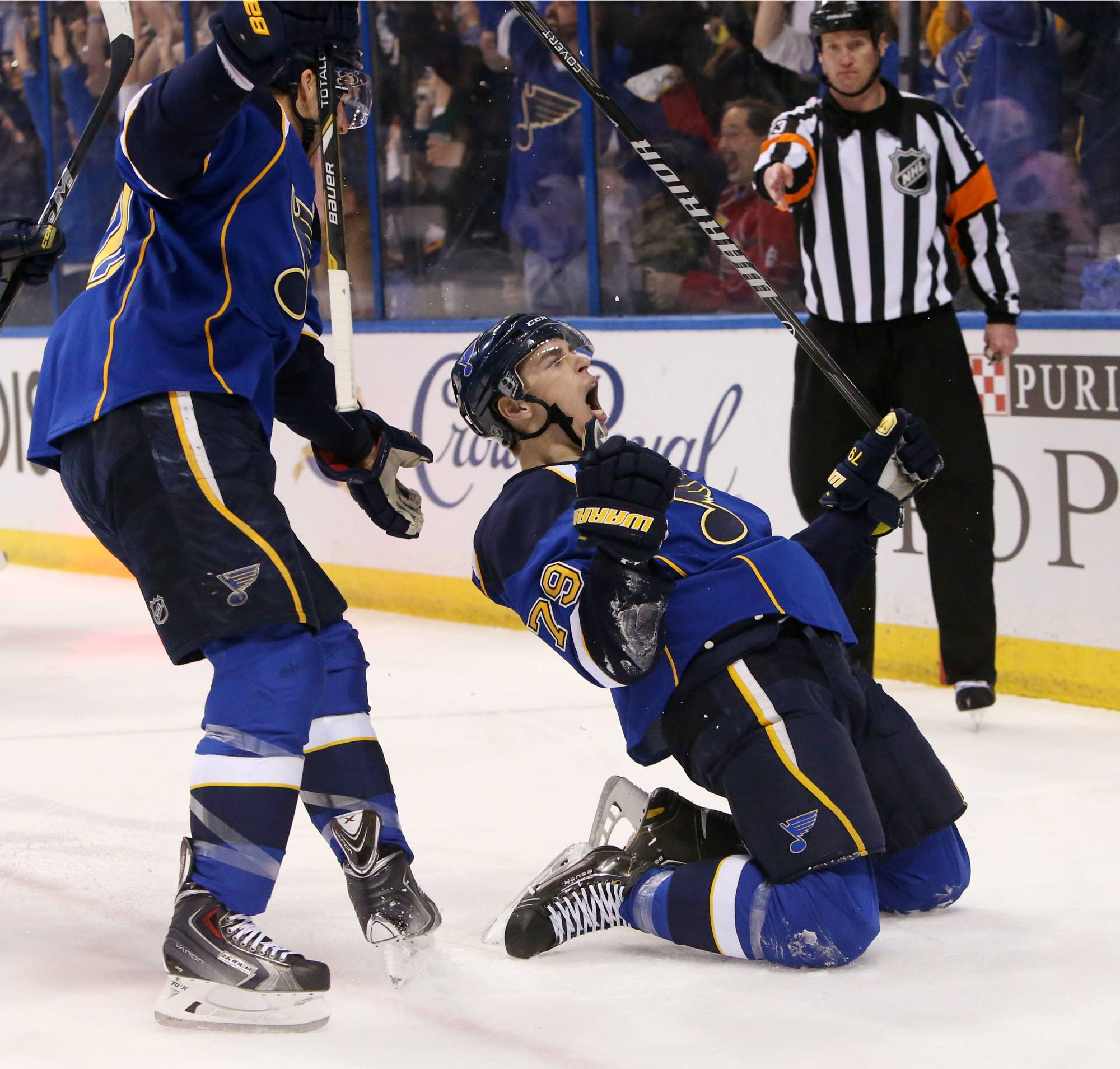 St. Louis Blues right wing Adam Cracknell, right, reacts after scoring against the Chicago Blackhawks during the first period of Game 1 of an NHL hockey opening-round playoff series, Thursday, April 17, 2014, in St. Louis. (AP Photo/St. Louis Post-Dispatch, Chris Lee) EDWARDSVILLE OUT ALTON OUT