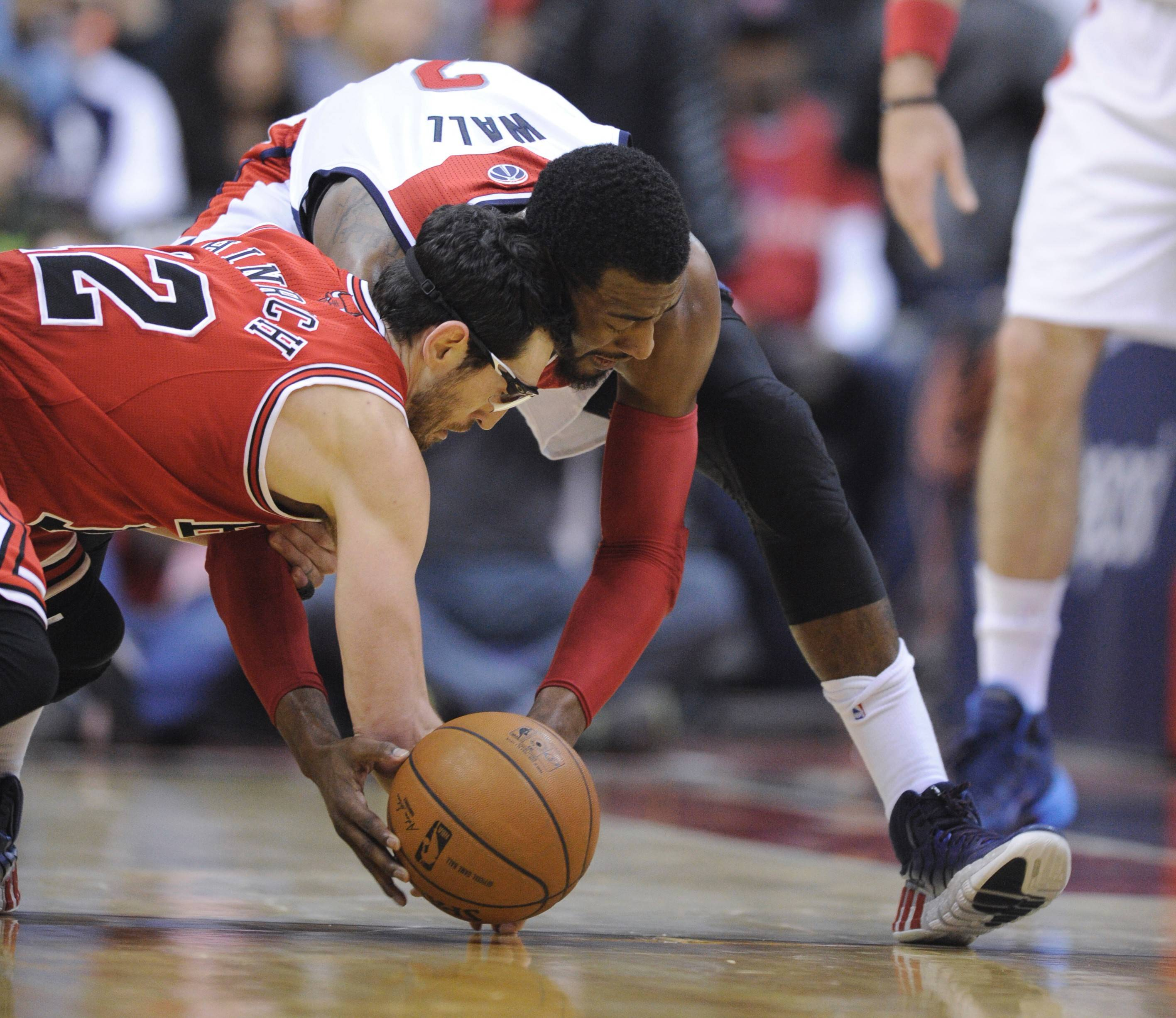 Washington Wizards guard John Wall, right, scrambles for the ball against Chicago Bulls guard Kirk Hinrich during the second half of an NBA basketball game, Saturday, April 5, 2014, in Washington. The Bulls won 96-78.