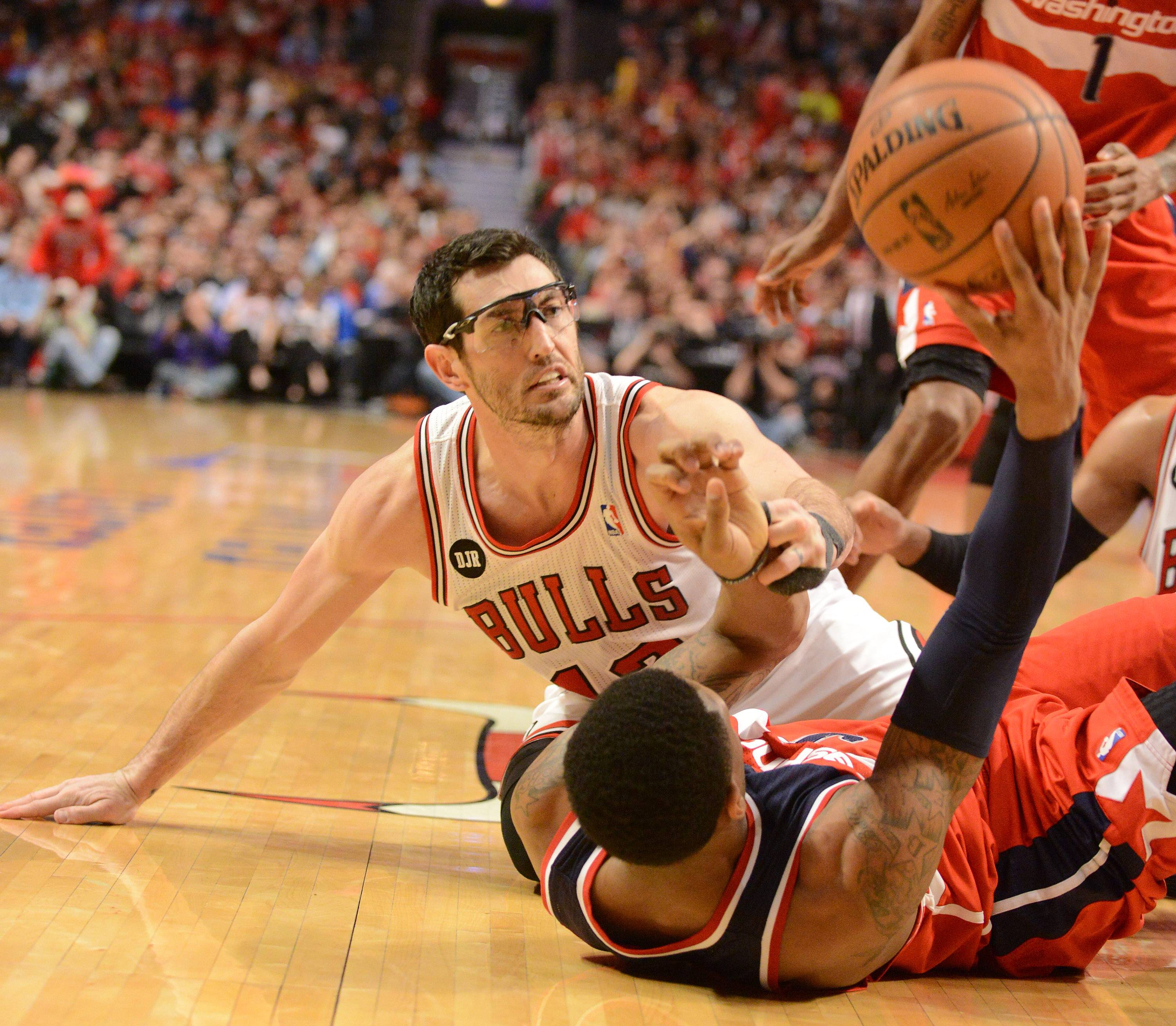 Washington Wizards guard Bradley Beal (3) wins a scramble for the ball with Chicago Bulls guard Kirk Hinrich (12).