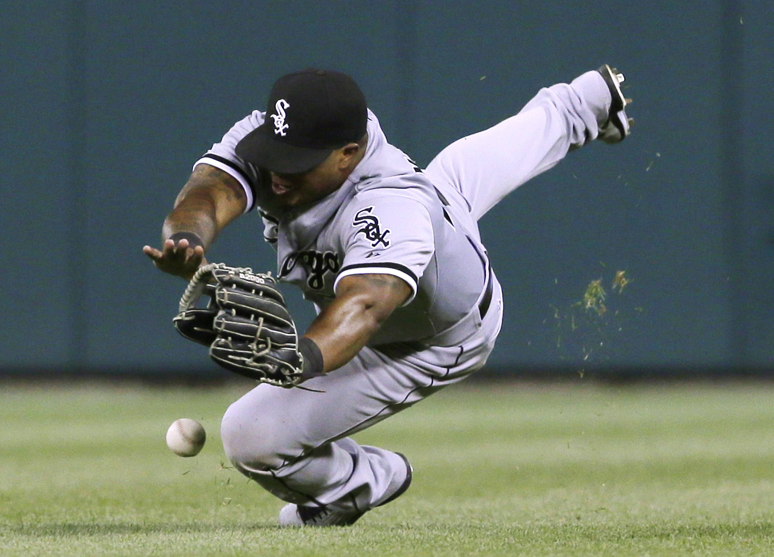 White Sox right fielder Dayan Viciedo cannot catch a double hit by the Tigers' Torii Hunter in the eighth inning Tuesday