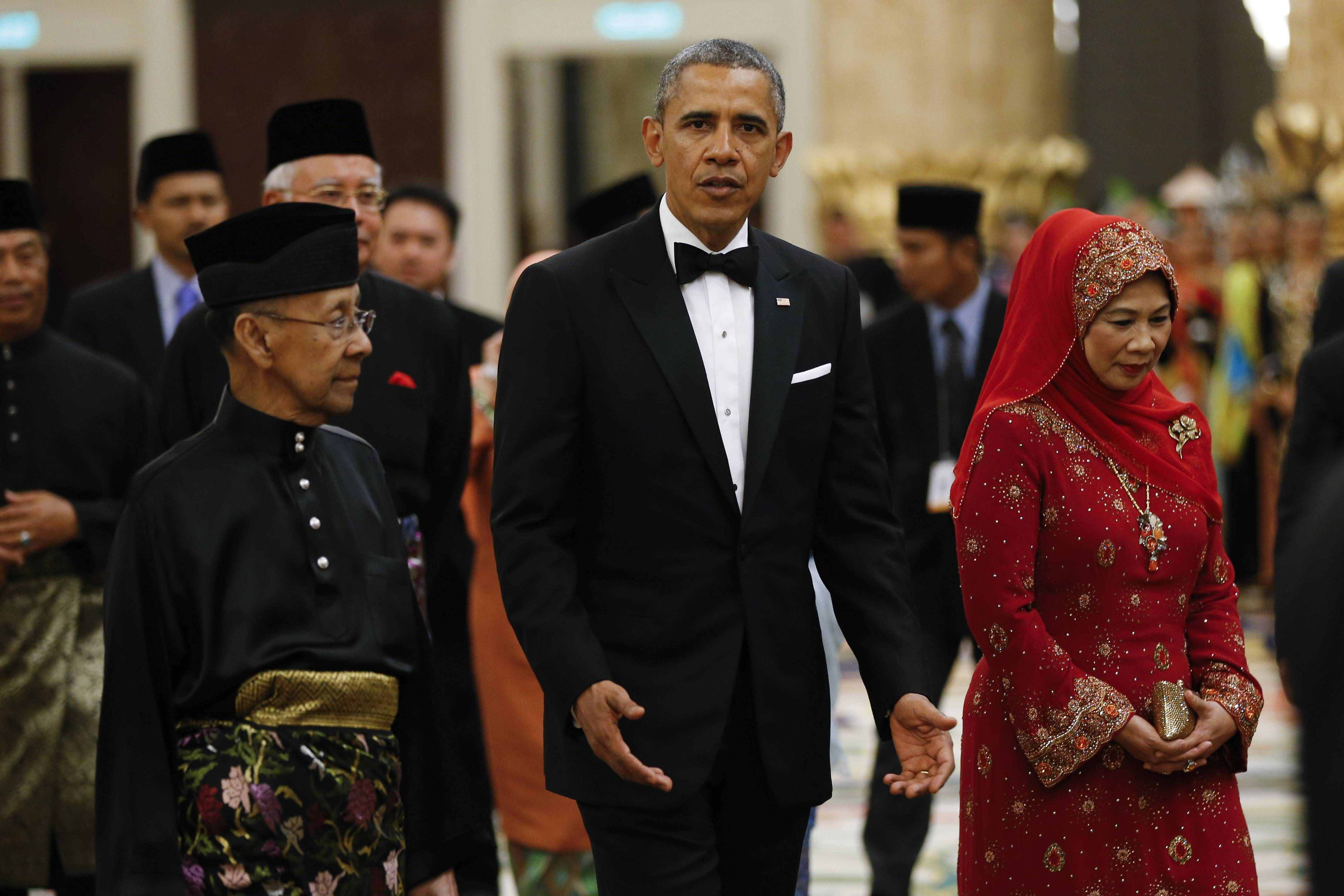 U.S. President Barack Obama, center, walks with Malaysian King Sultan Abdul Halim Mu'adzam Shah, left, and Malaysian Queen Haminah Hamidun as they arrive for a State Dinner at National Palace in Kuala Lumpur, Malaysia, Saturday, April 26, 2014.