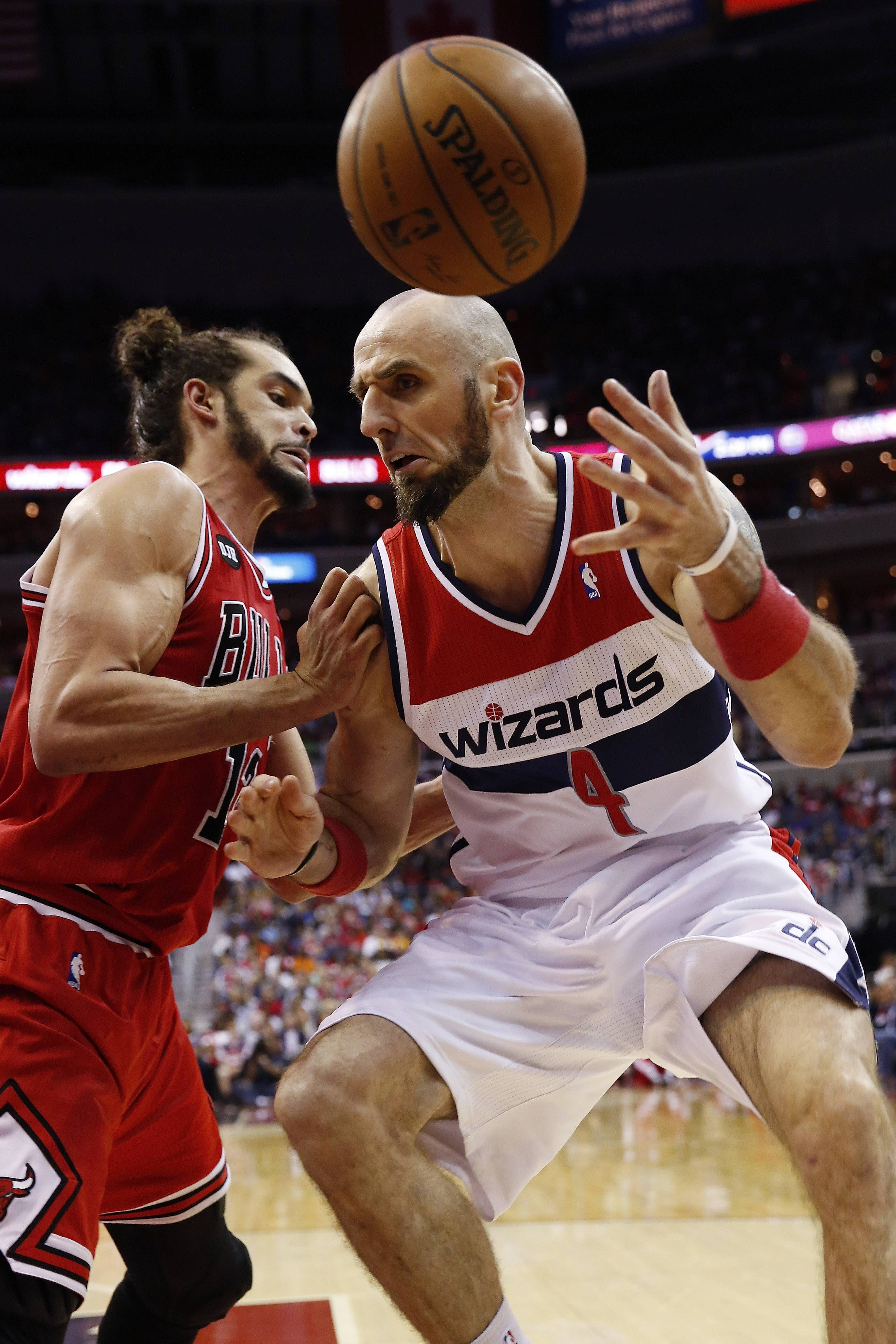 Washington Wizards center Marcin Gortat (4) and Chicago Bulls center Joakim Noah (13) battle for control of the ball during the second half.