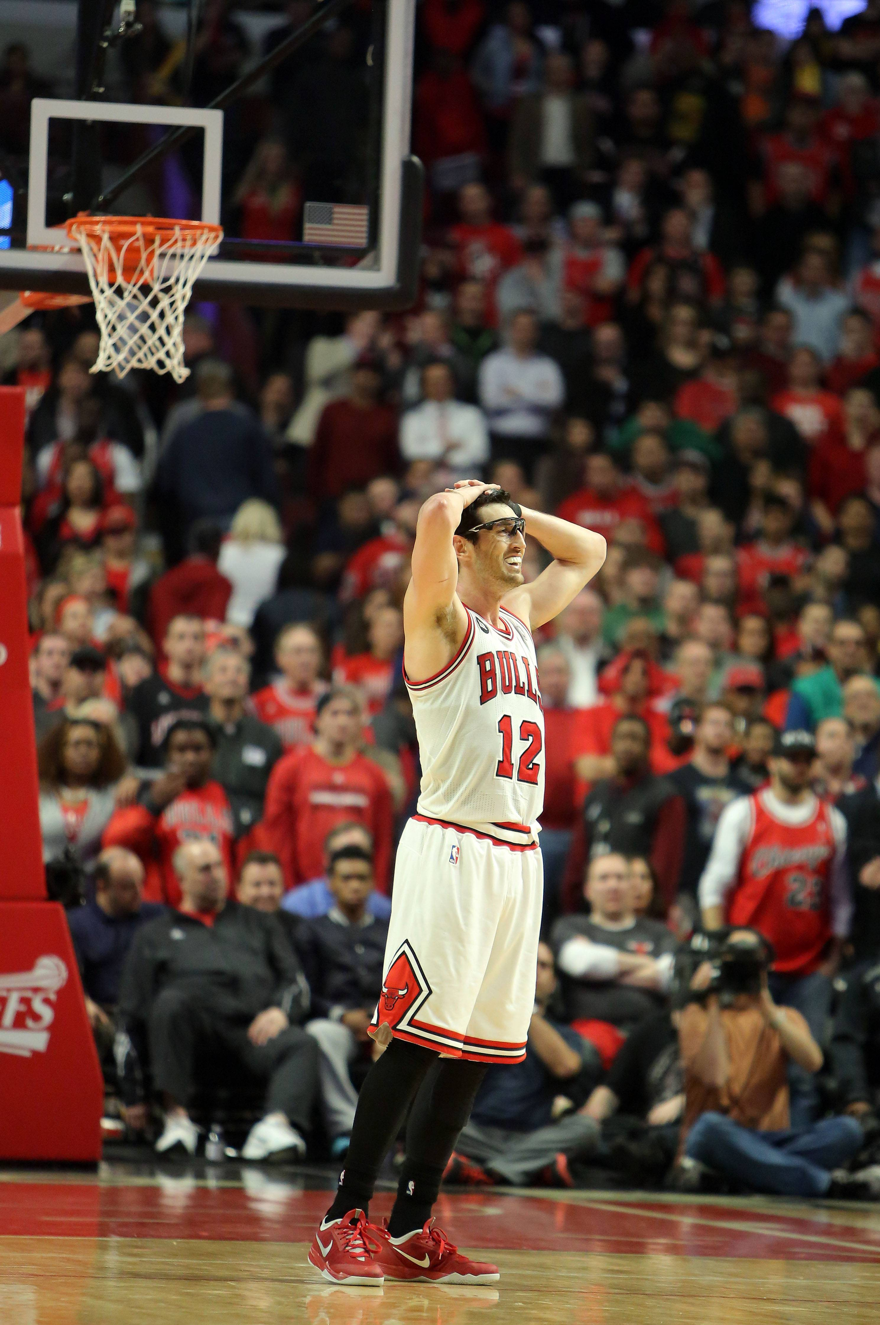 Chicago Bulls guard Kirk Hinrich fouls out.
