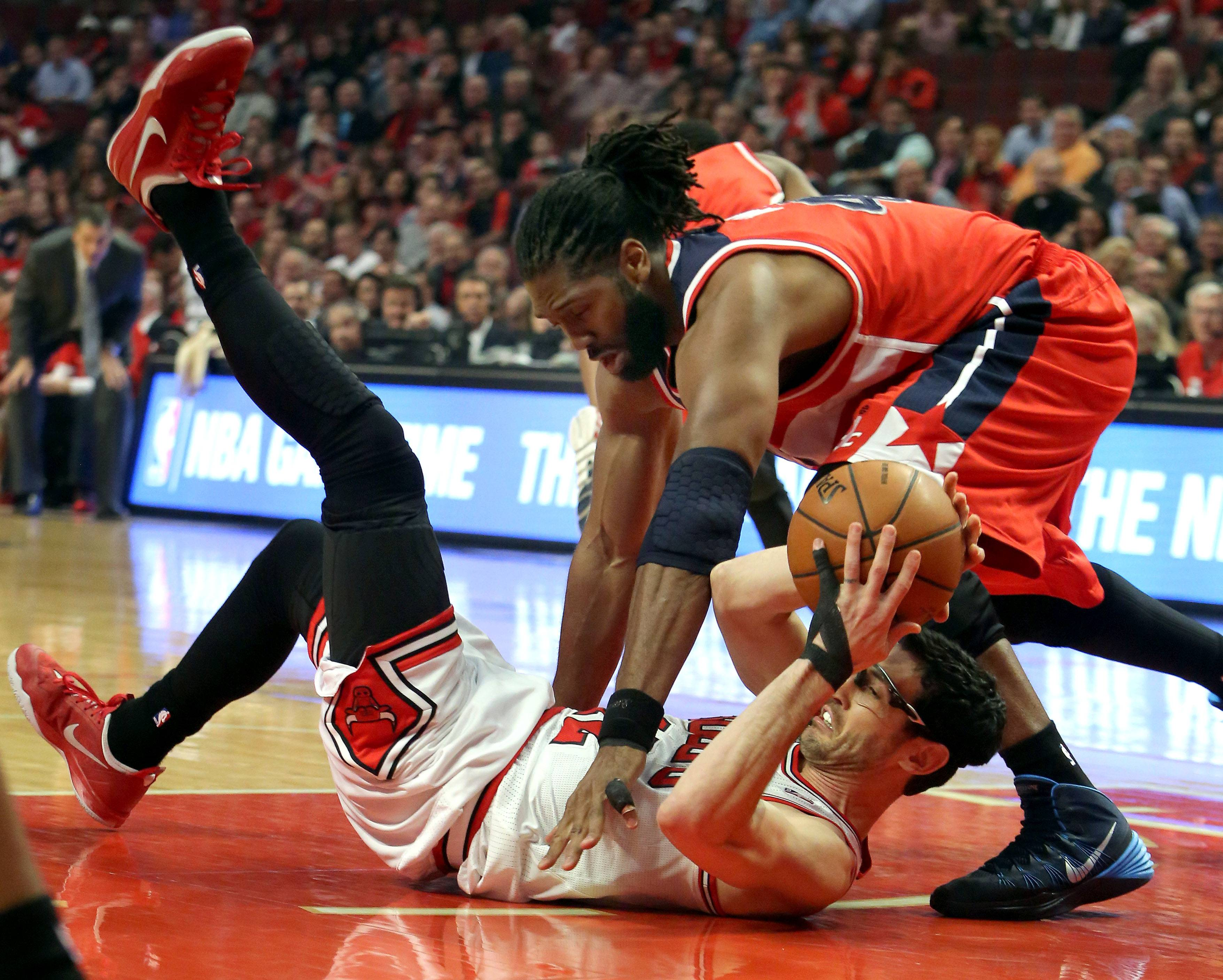 Chicago Bulls guard Kirk Hinrich scrambles for a loose ball with Washington Wizards forward Nene Hilario.