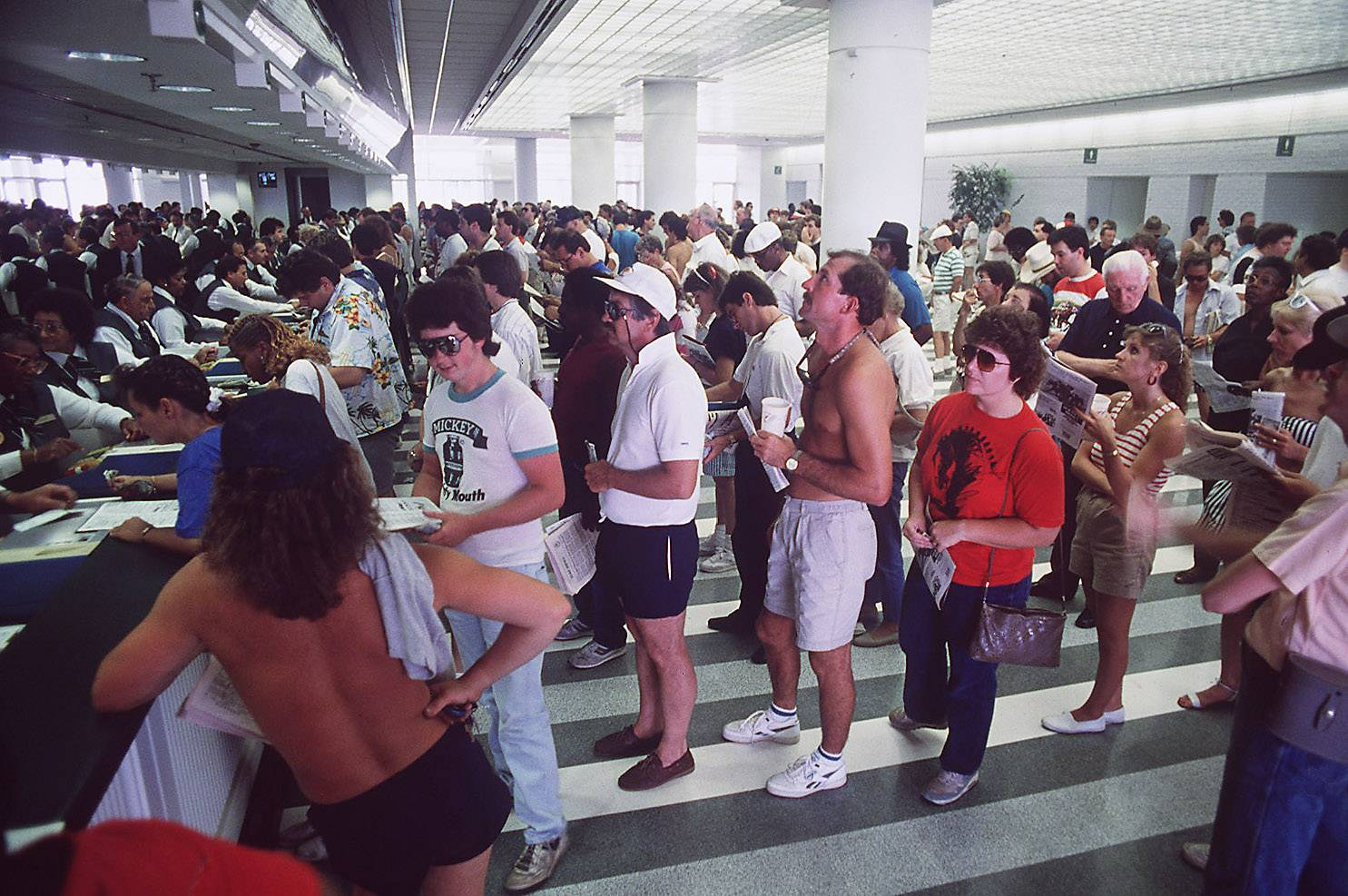 Fans line up to place bets at grand opening new Arlington International Racecourse on July 1, 1989