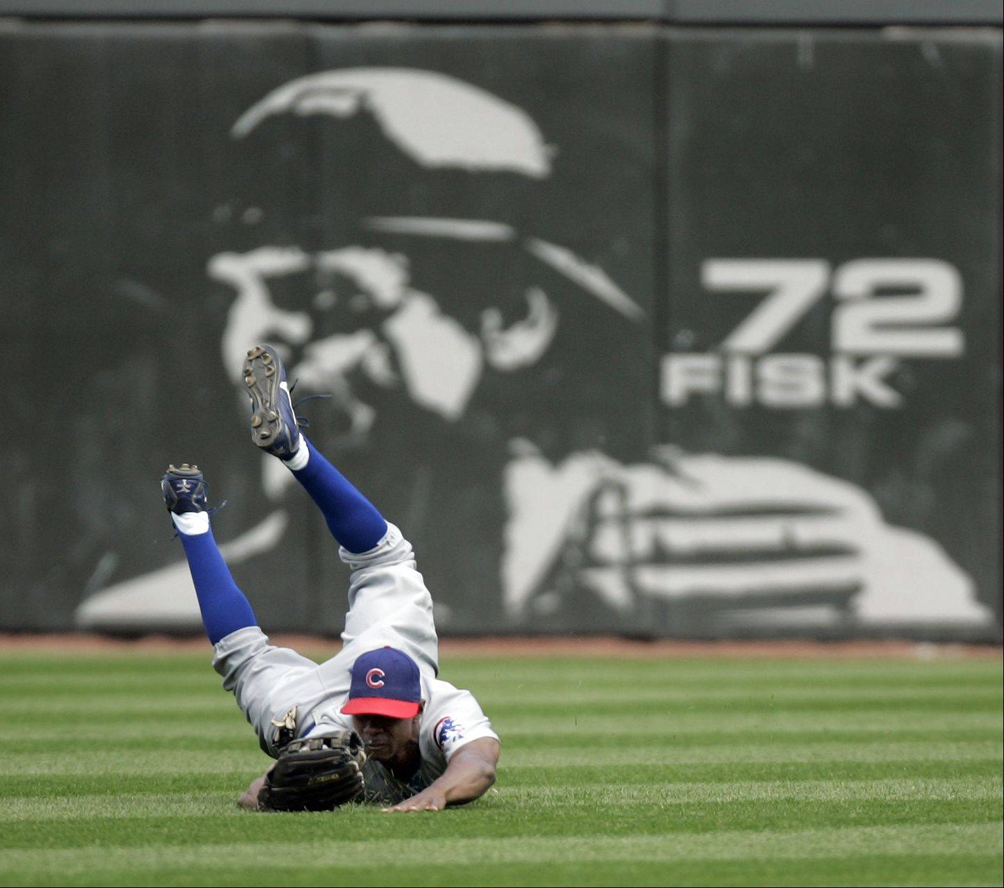 Cubs Juan Pierre makes a diving catch on a Joe Crede fly in the 6th inning Game Two Chicago White Sox Vs Chicago Cubs at U.S. Cellular Field in Chicago. May 20, 2005.