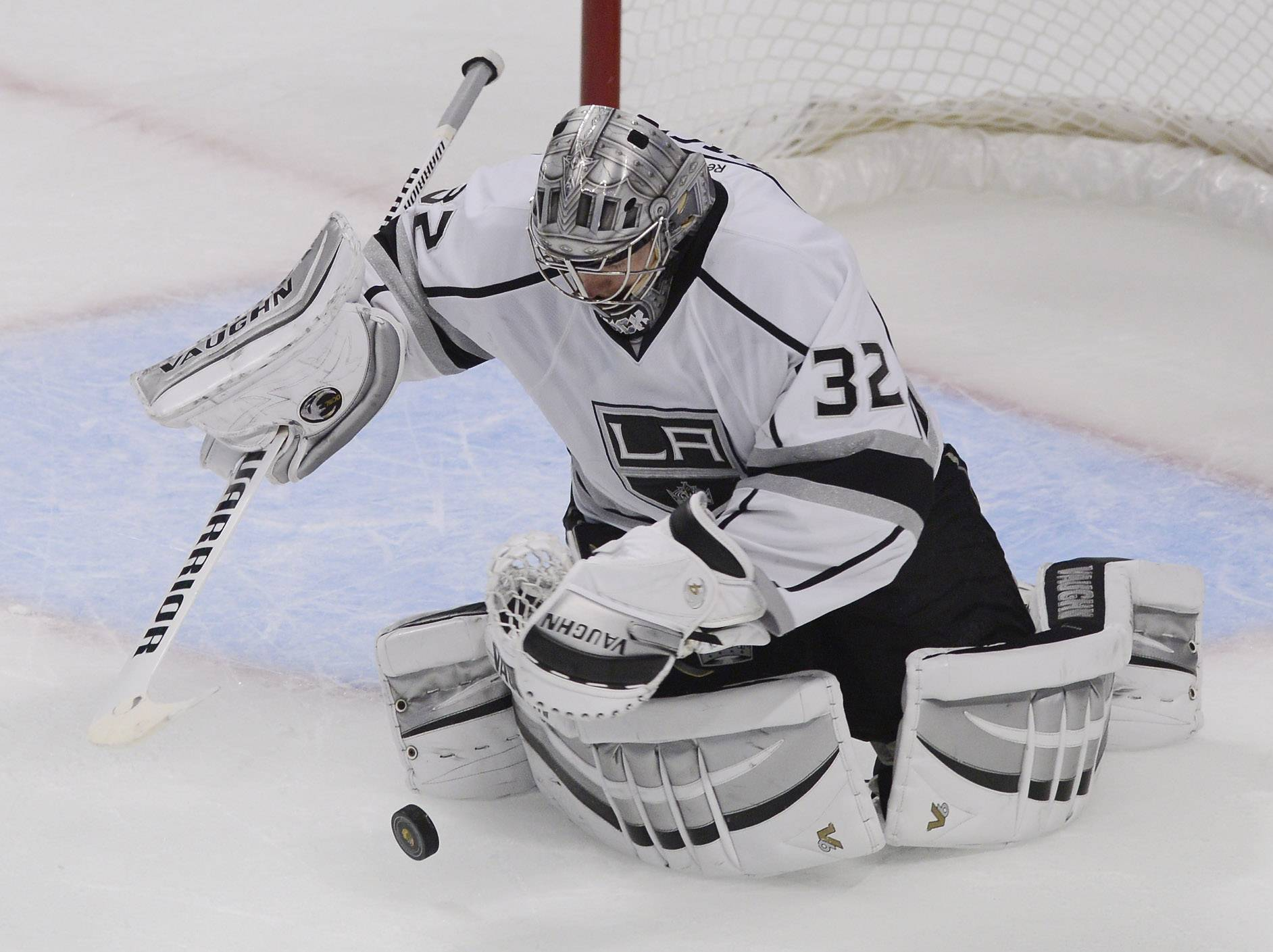 Los Angeles Kings goalie Jonathan Quick makes a save during Sunday's game against the Blackhawks at the United Center in Chicago.