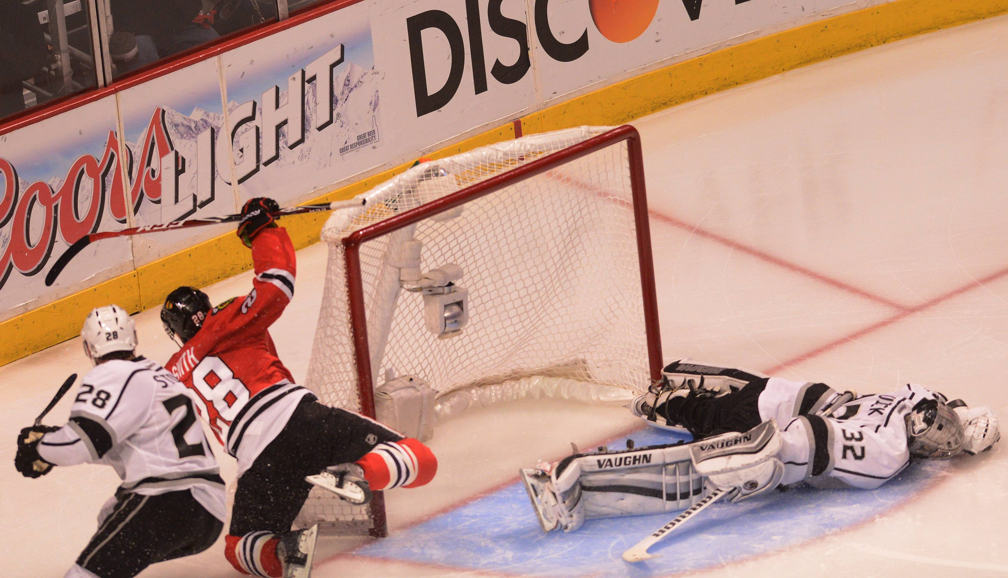 Blackhawks right wing Ben Smith scores in 3rd period during Game 5 of the Western Conference finals at the United Center on Wednesday night.