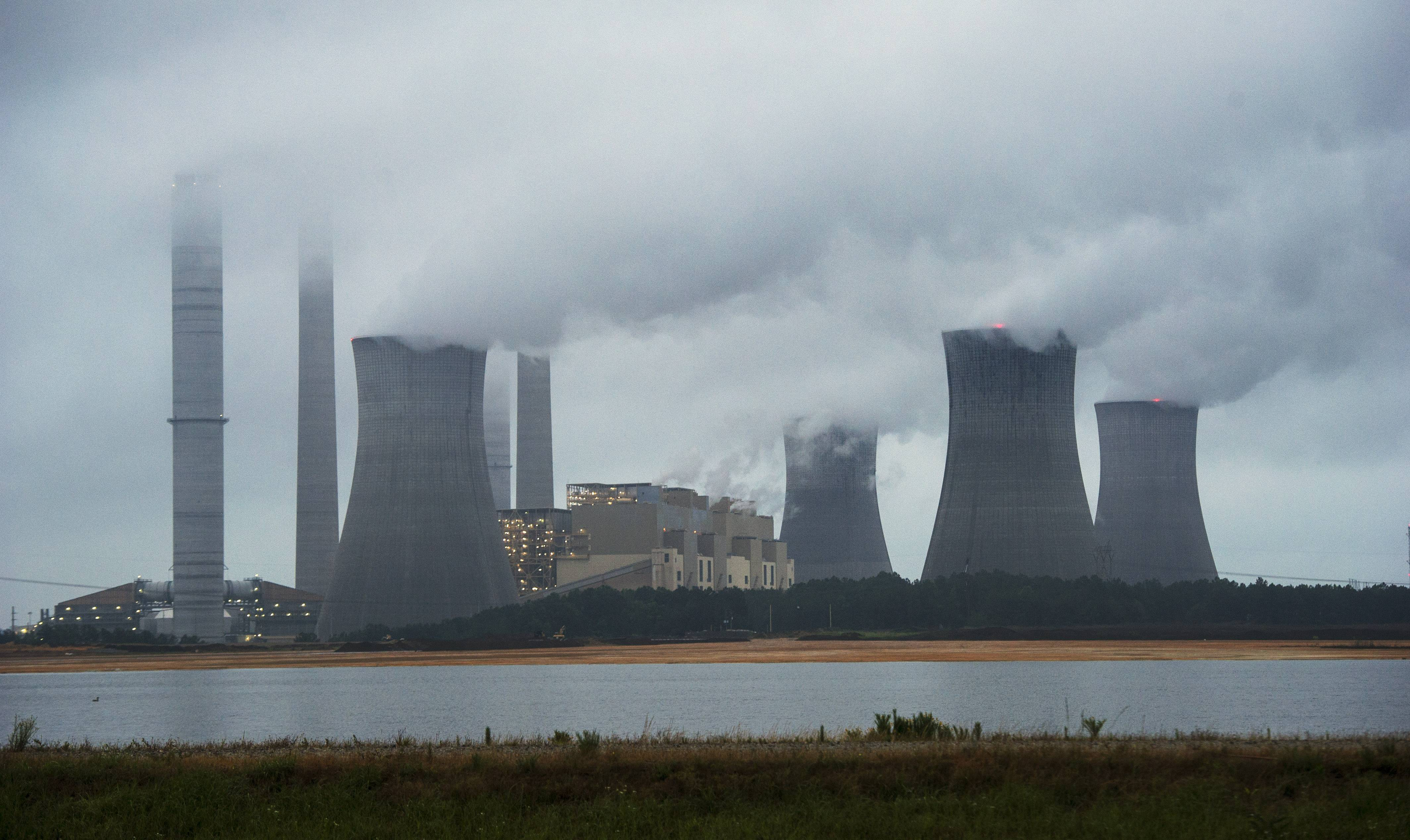 The Obama administration unveiled a plan Monday to cut carbon dioxide emissions from power plants by nearly a third over the next 15 years, in a sweeping initiative to curb pollutants blamed for global warming.
