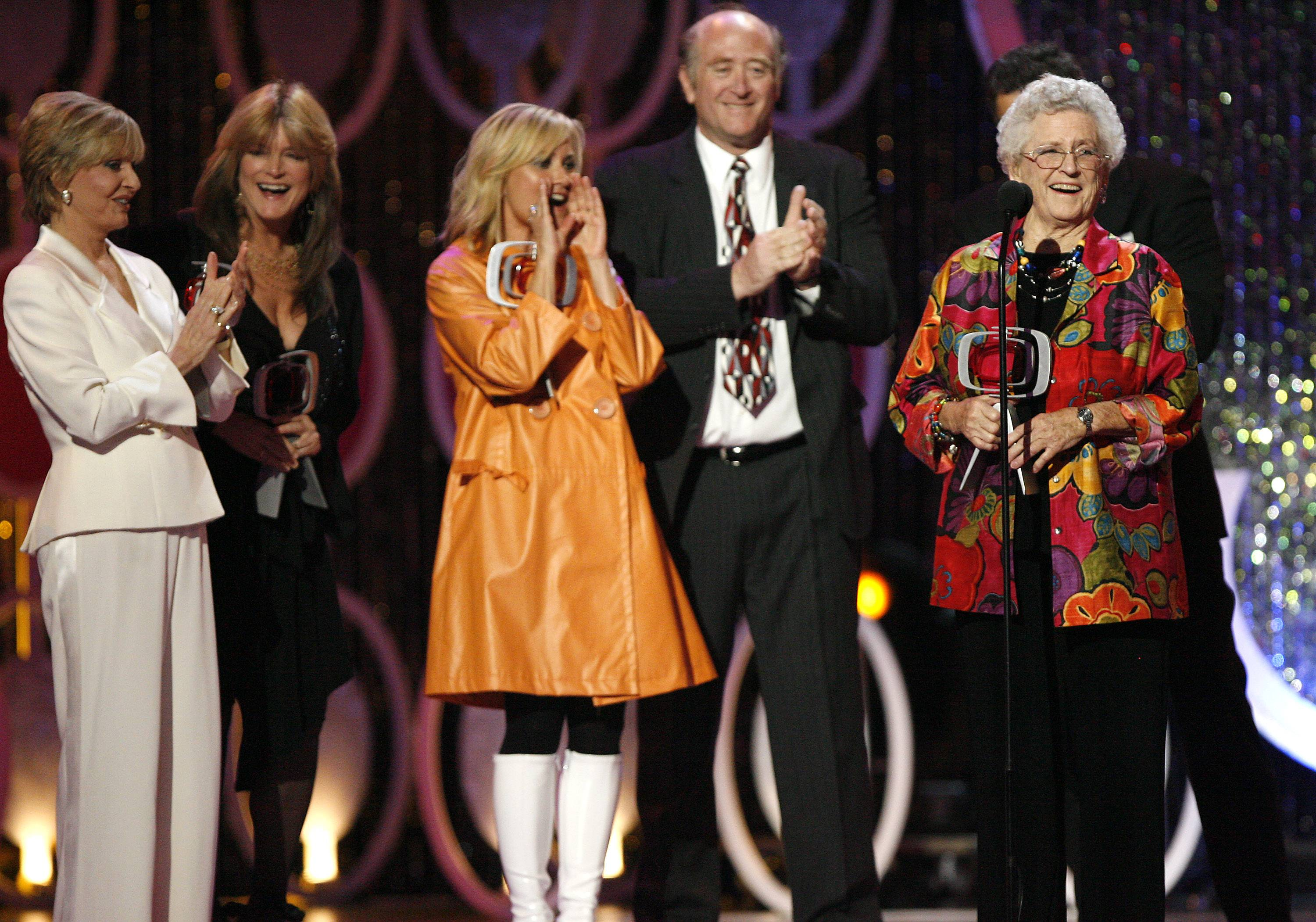 "Florence Henderson, from left, Susan Olsen, Maureen McCormick, Lloyd Schwartz and Ann B. Davis of the television show ""The Brandy Bunch"" accept the Pop Culture Award during the 5th Annual TV Land Awards in Santa Monica, Calif."