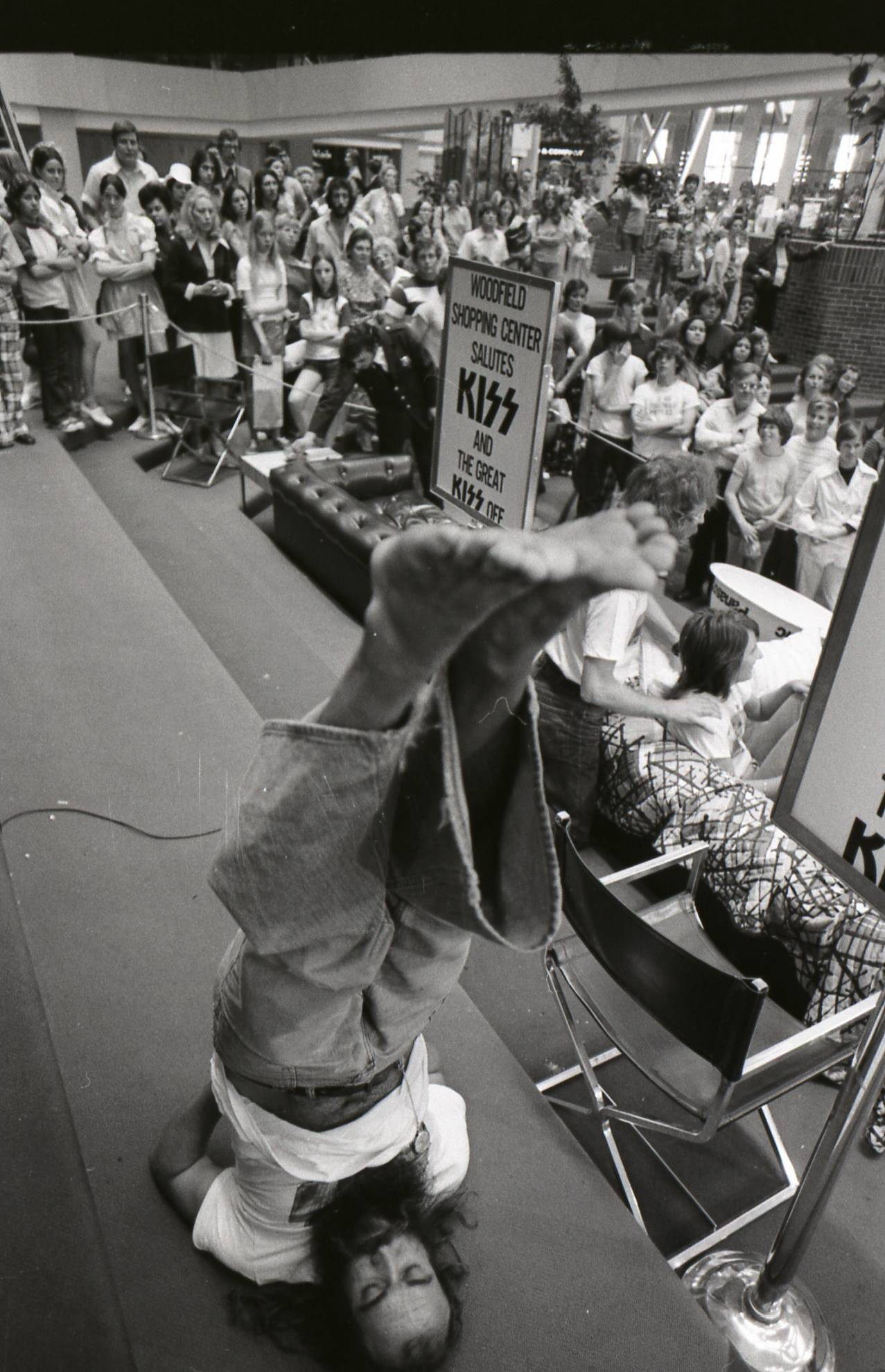 "Vinnie Toro of Fort Lauderdale, Fla., half of the winning couple, stretches during a 5-minute break at ""The Great Kiss Off"" at Woodfield Mall in Schaumburg in June 1974."
