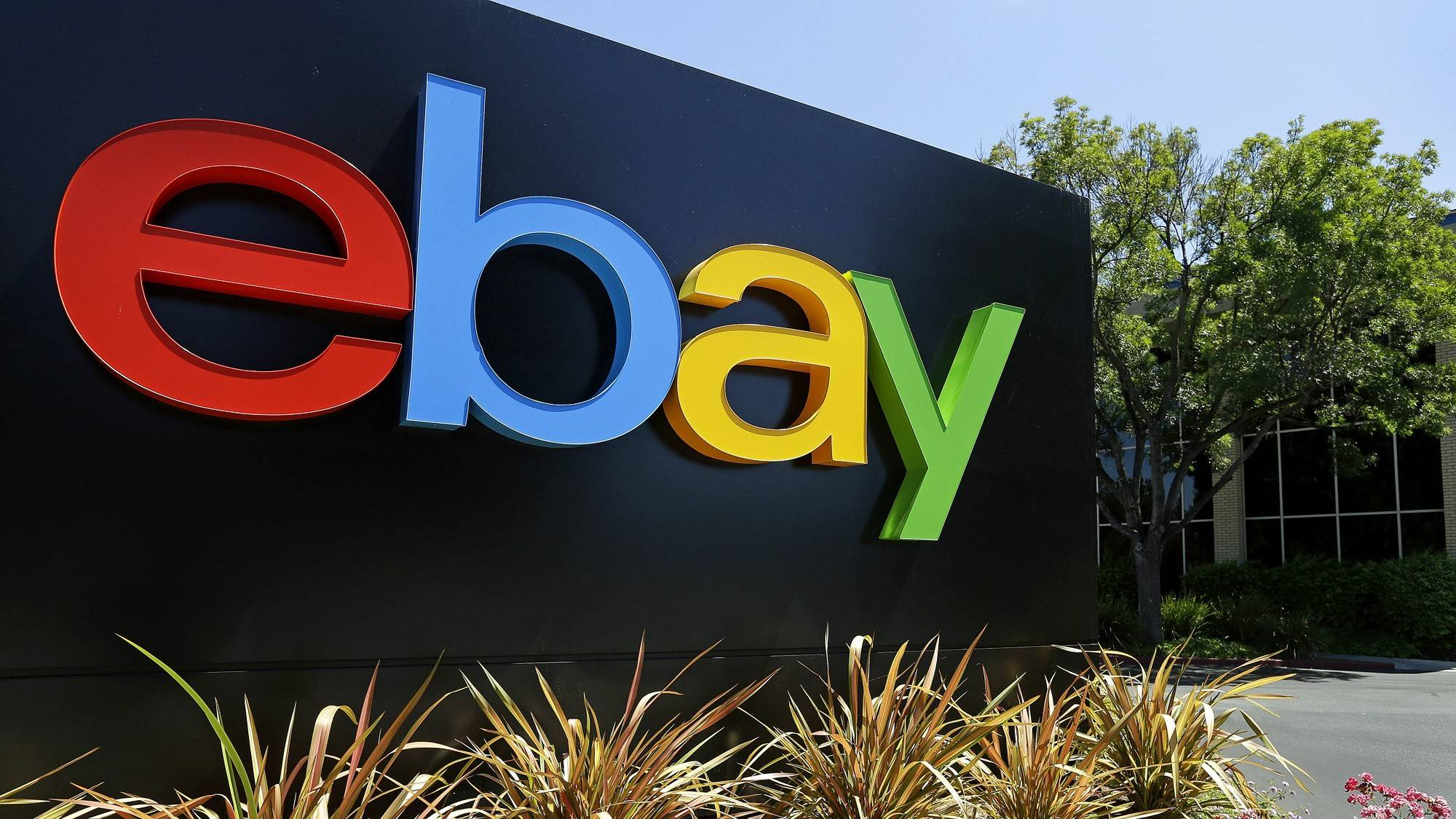 Illinois officials say that online auction giant eBay Inc. will expand into Chicago.