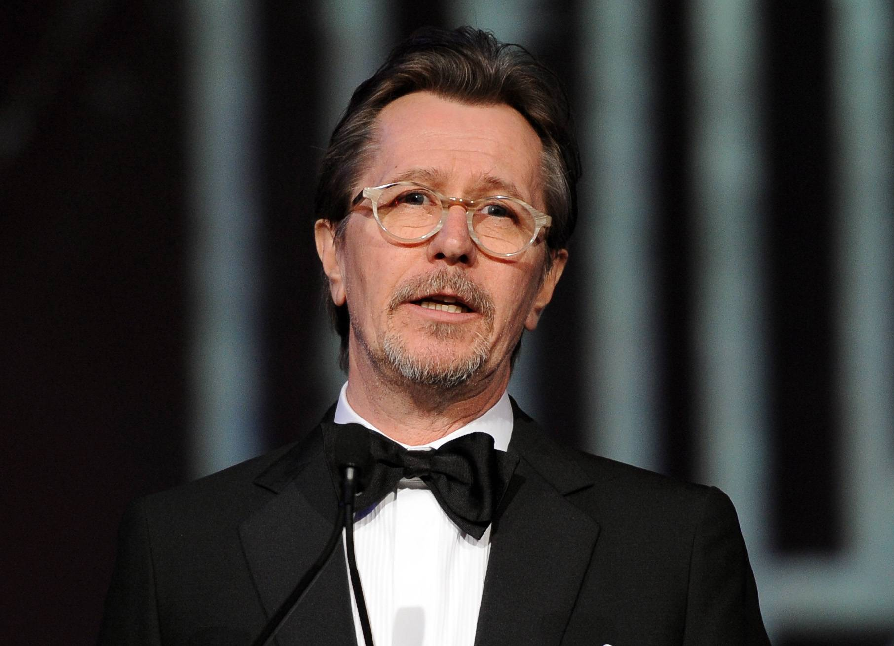Gary Oldman has apologized for defending fellow actors Mel Gibson and Alec Baldwin from critics of their controversial remarks about Jews and gays.