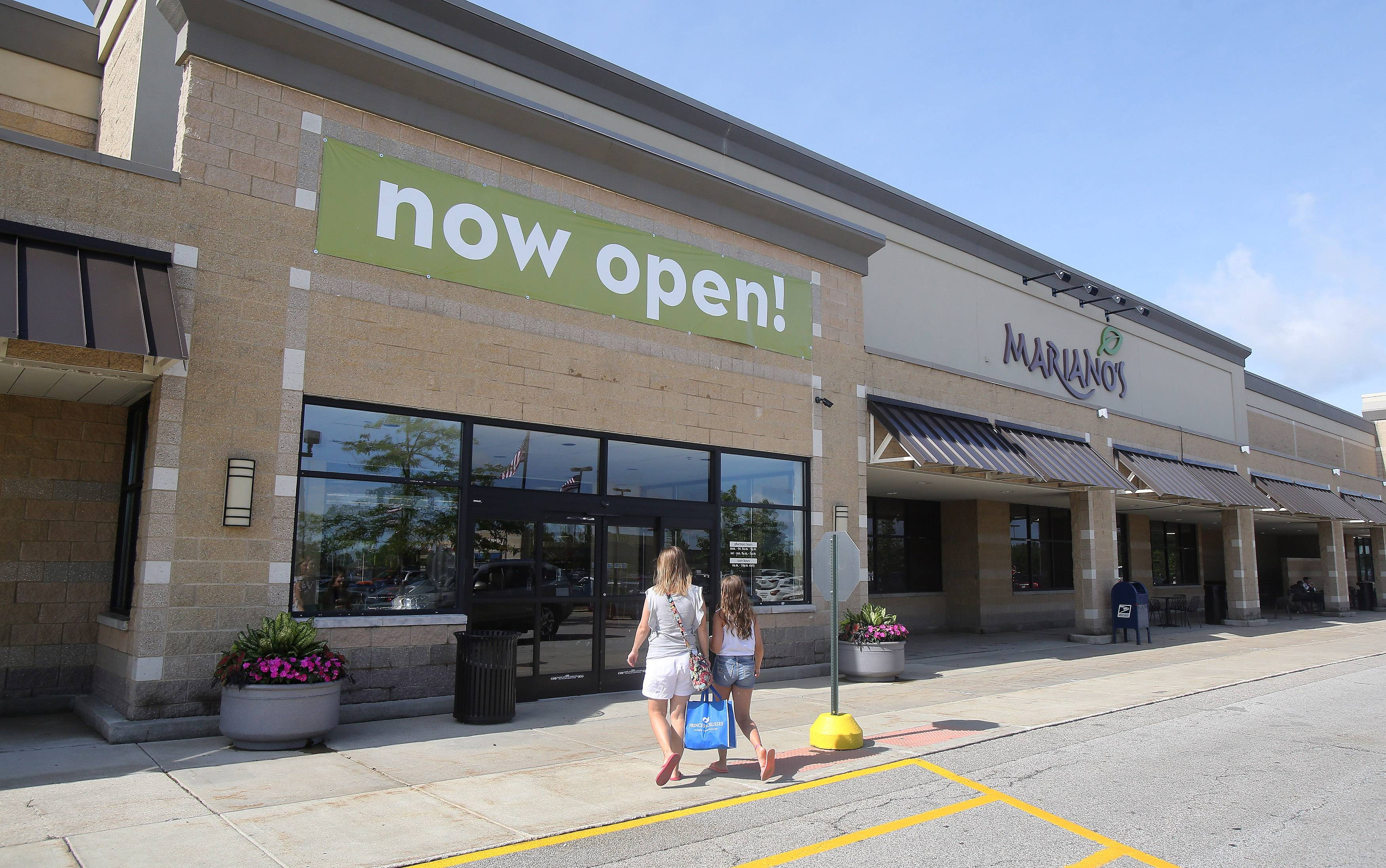 Customers arrive for Tuesday's grand opening of Mariano's grocery store in Gurnee. Mariano's is owned by Roundy's Inc., a leading grocer in the Midwest, and has taken over the site once occupied by Dominick's.