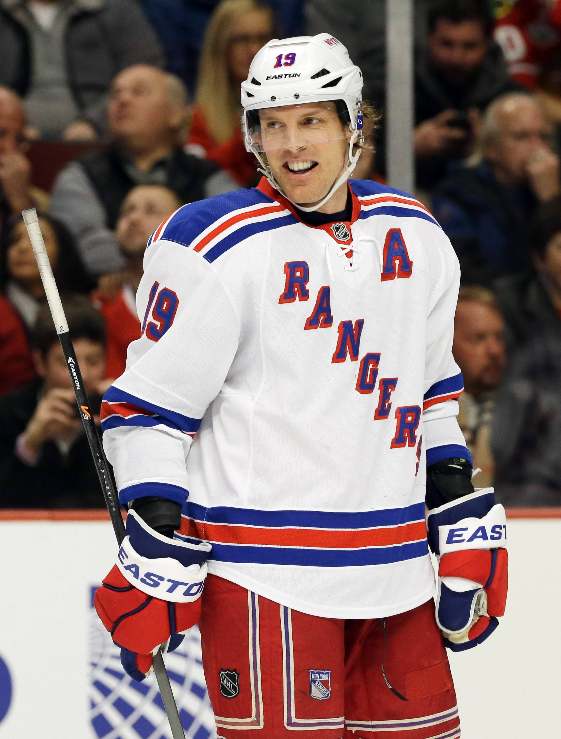 Brad Richards, a 20-goal scorer who was a victim of the salary cap squeeze with the Rangers, has agreed to a one-year deal with the Blackhawks.