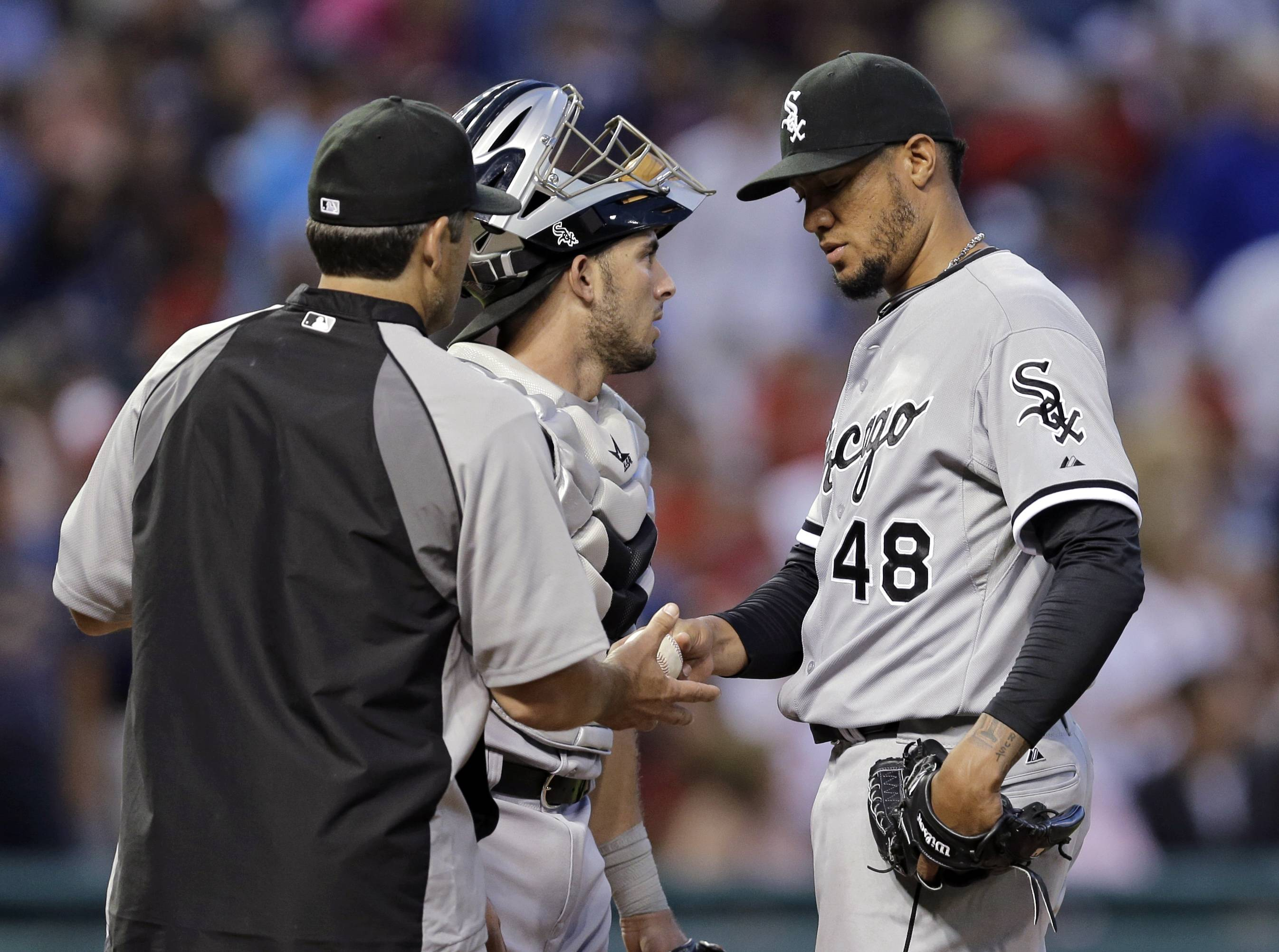 White Sox manager Robin Ventura, left, takes the ball from starting pitcher Hector Noesi (48) in the fifth inning last Friday. Noesi had just given up a 2-run home run to Indians' Nick Swisher.