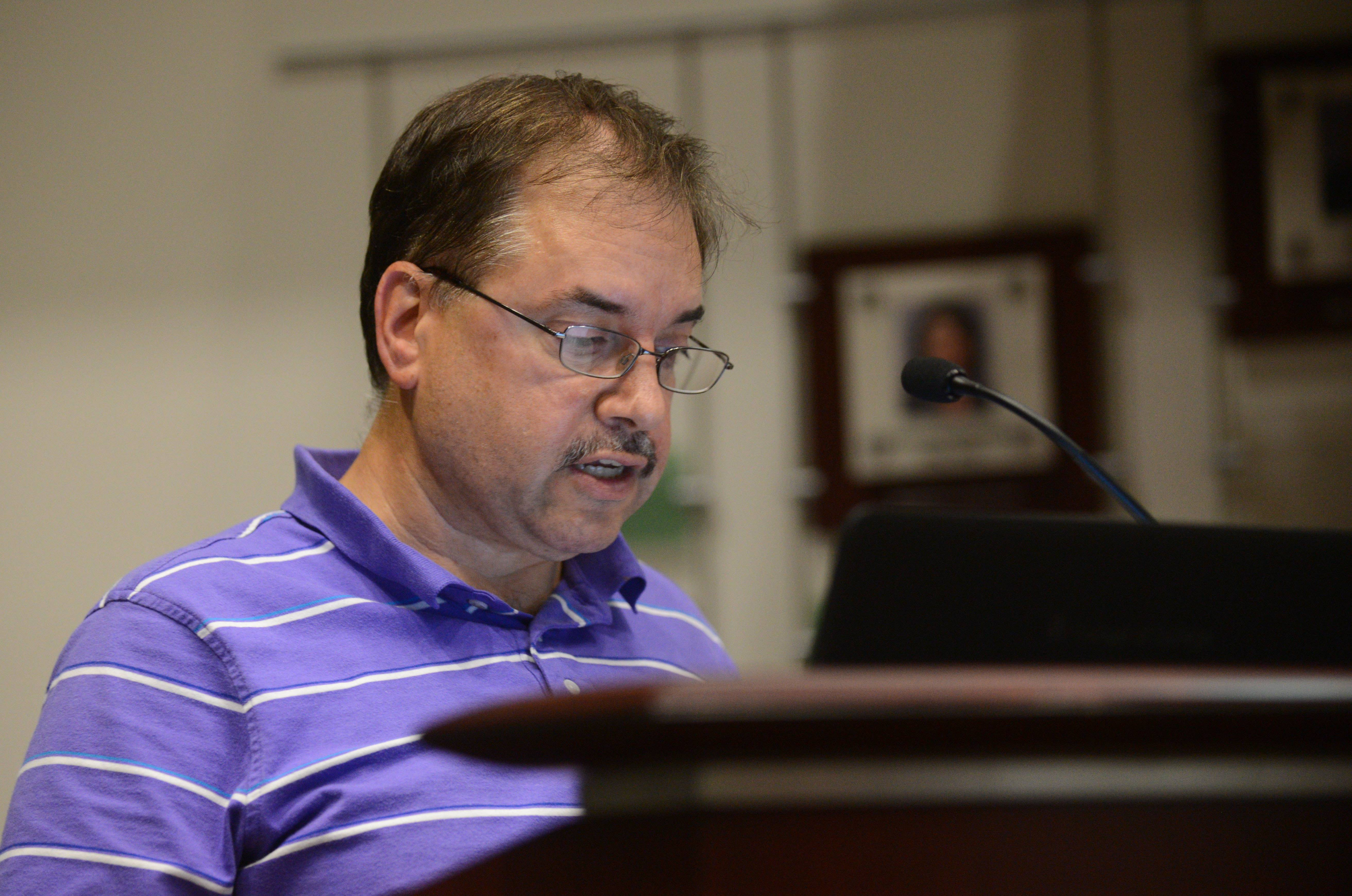 Jeff Cooper of Glen Ellyn voices his opinion about the College of DuPage's handling of a controversial state funding request during Thursdays meeting.