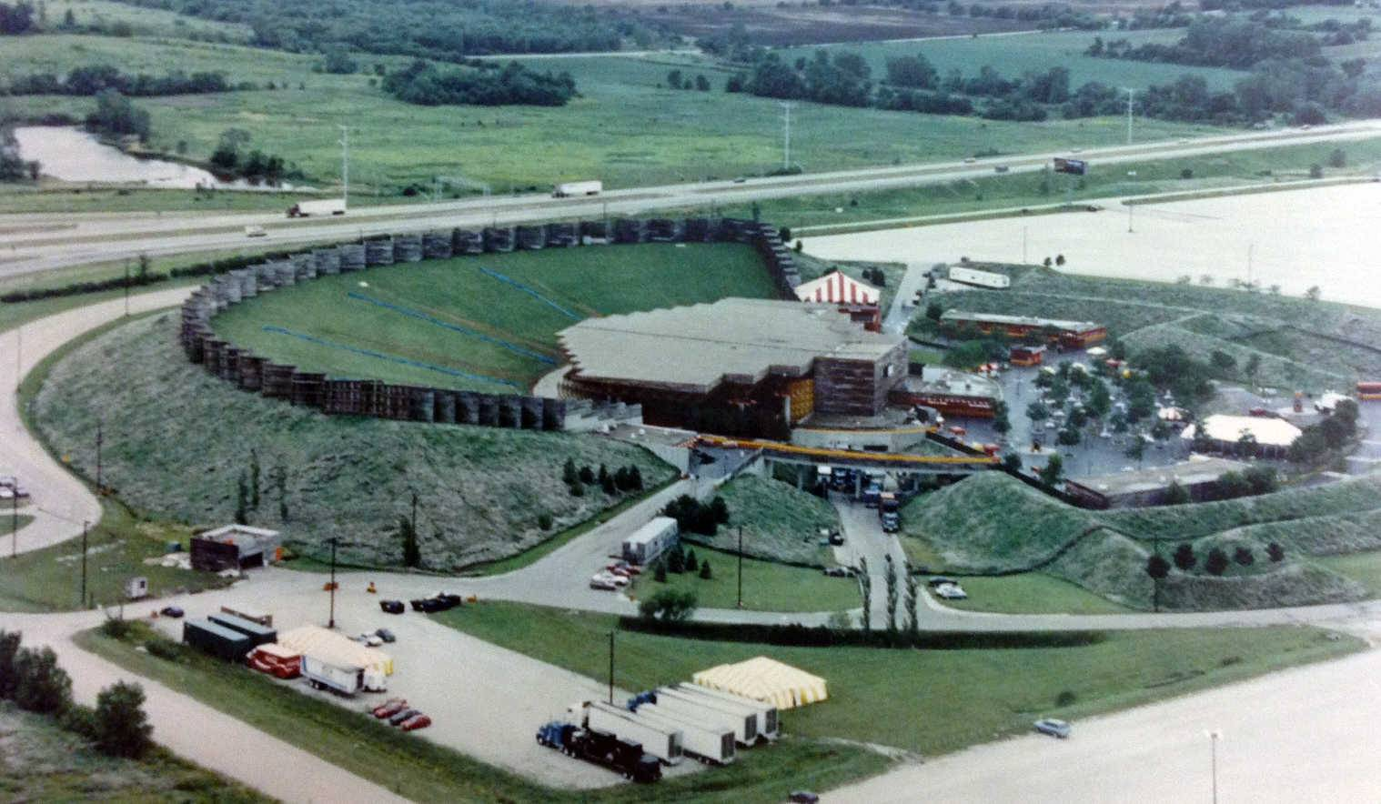 DAILY HERALD FILE PHOTOThe Poplar Creek Music Theatre in Hoffman Estates offered shows from 1980 until 1994. This Sept. 13, 1990, image shows the complex.