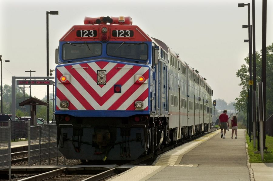 A report says falsified work logs at Metra led to payroll problems at the commuter rail agency.