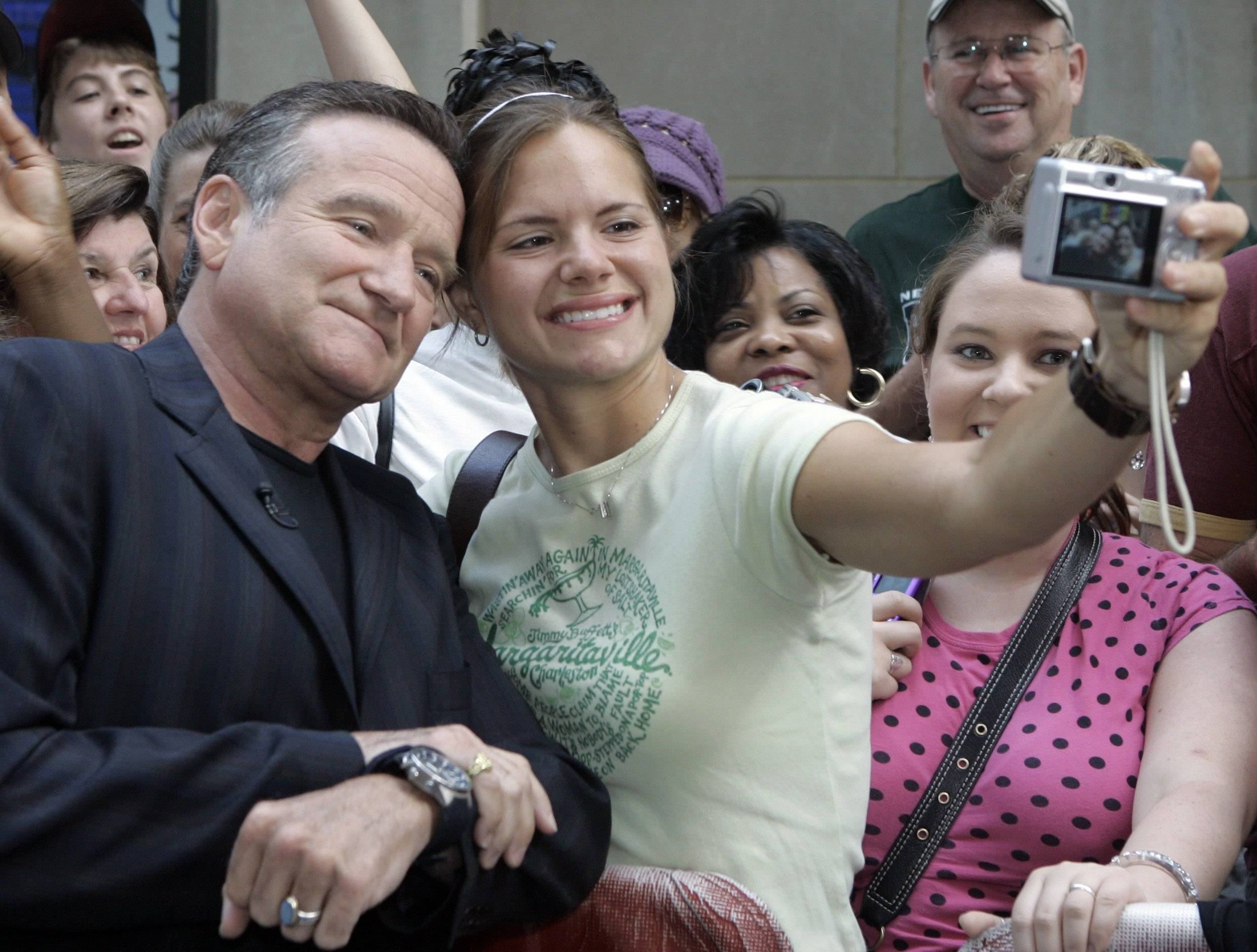 "Actor and comedian Robin Williams poses for a photo with Lindsey Bouza, of Indianapolis before his interview on the NBC ""Today"" television program June 28, 2007 in New York's Rockefeller Center."