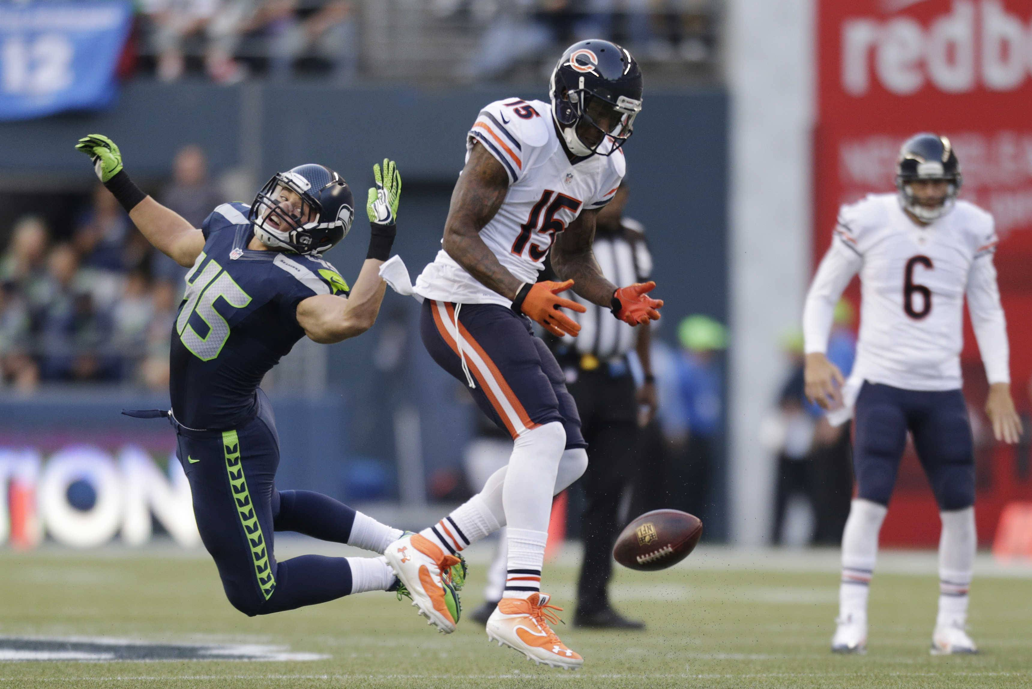 Chicago Bears' Brandon Marshall (15) can't hold on to the ball as quarterback Jay Cutler (6) watches and Seattle Seahawks' Brock Coyle defends in the first half .